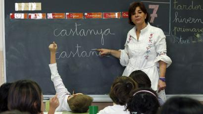 "School teacher Jorgina Fontboter points to a blackboard with words in Catalan and in Spanish during a language class at a public school in El Masnou, near Barcelona, December 14, 2012. The wealthy northeastern region of Catalonia last month dropped plans for a non-binding referendum on independence from Spain on Nov. 9 after a court declared such a vote against the constitution and had instead planned to hold a ""consultation of citizens"" on the same day. Although Spanish Prime Minister Mariano Rajoy and politicians in Catalonia have called for dialogue over the region's status after the initial referendum plans were abandoned, tensions are still simmering before the Nov. 9 alternative vote. Picture taken December 14, 2014. REUTERS/Albert Gea (SPAIN) - Tags: POLITICS EDUCATION) ATTENTION EDITORS: PICTURE 13 OF 25 FOR WIDER IMAGE PACKAGE 'CATALONIA - THE CONSULTATION OF CITIZENS' TO FIND ALL IMAGES SEARCH 'CITIZENS' - RTR4D3U9"