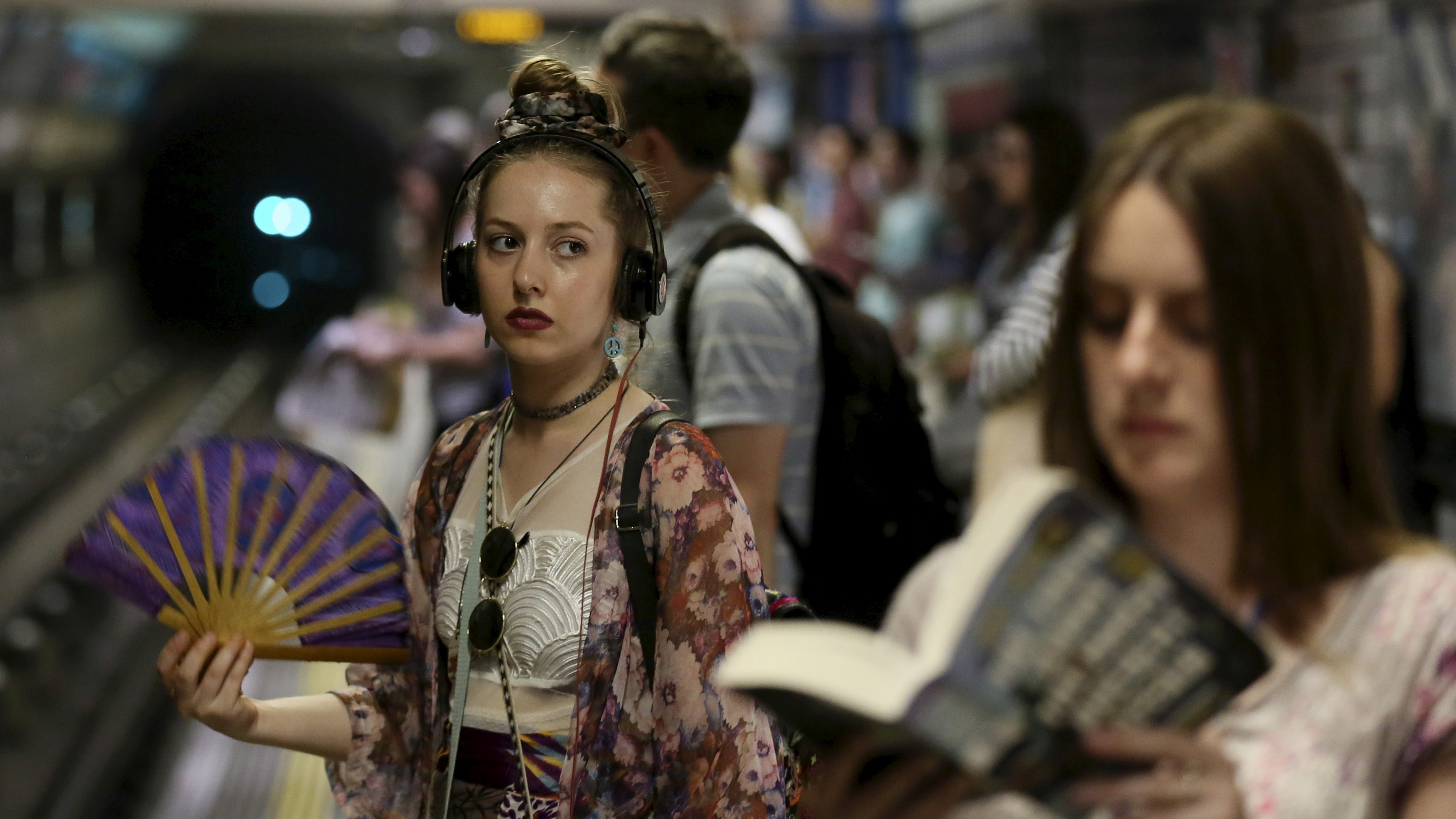A woman fans herself while waiting for a train on the London underground on a hot day in London, July 1, 2015. Temperatures in London hit 34.5 degree Celsius (94 degree Fahrenheit) by lunchtime, making it the hottest day in July in nine years in Britain. REUTERS/Paul Hackett