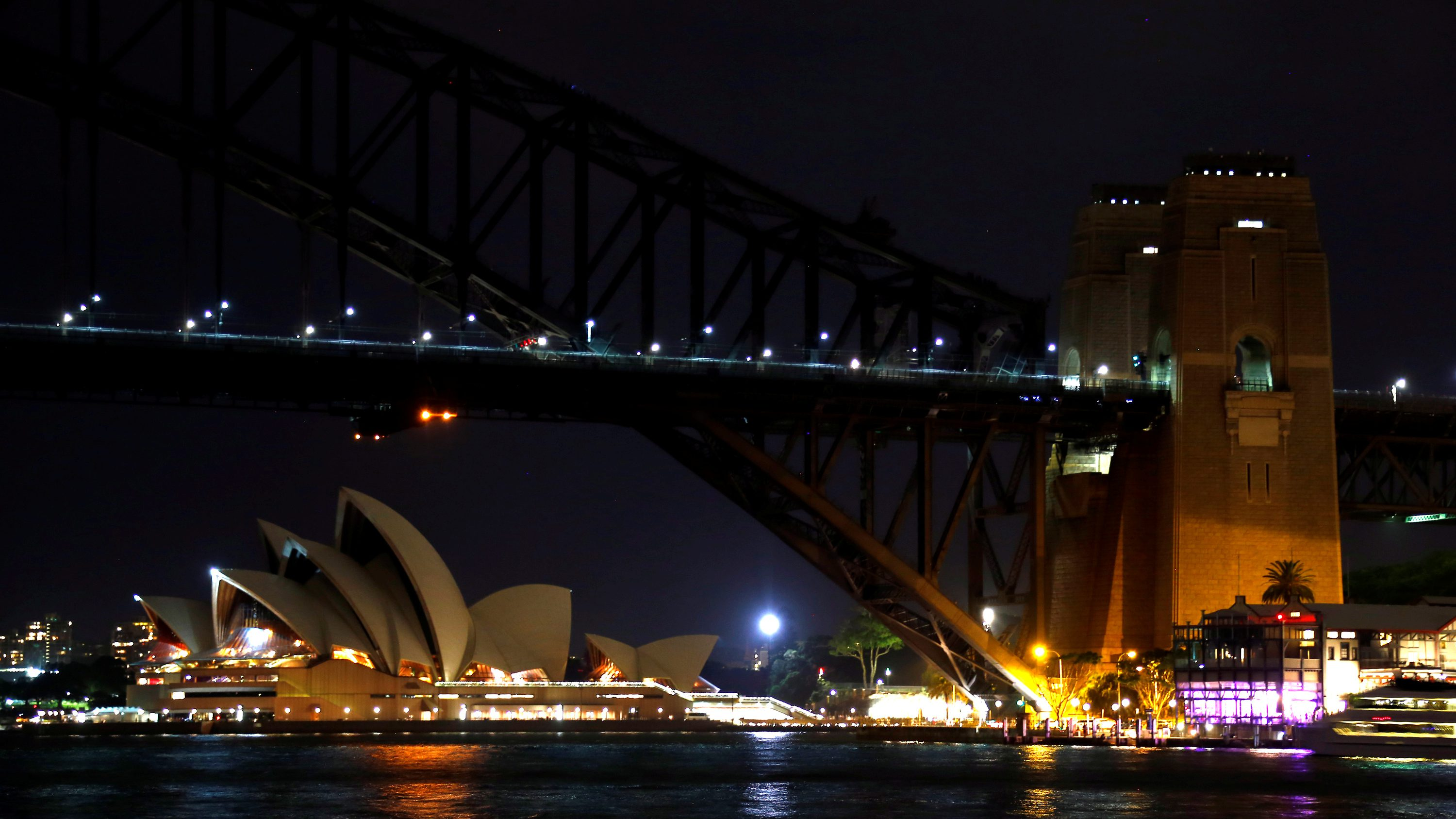 The Sydney Harbour Bridge and Opera House seen during the tenth anniversary of Earth Hour in Sydney, Australia, March 25, 2017.      REUTERS/David Gray - RTX32NLG