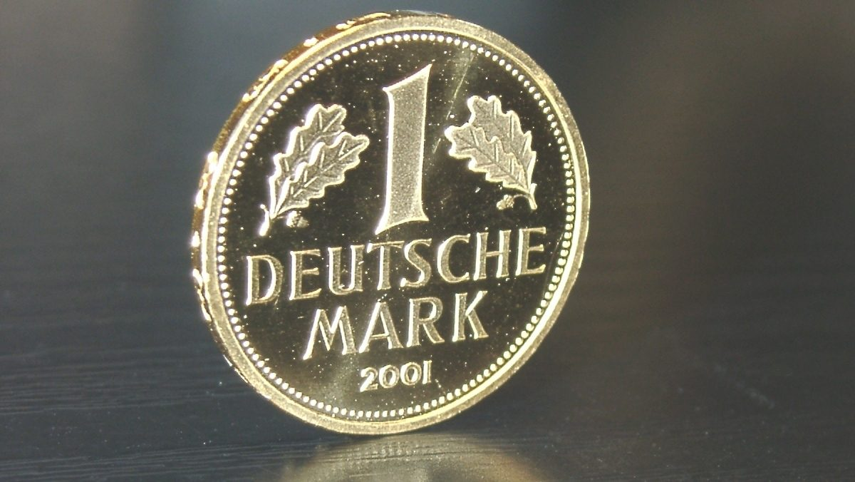A 2001 special gold issue of the DM 1 coin.