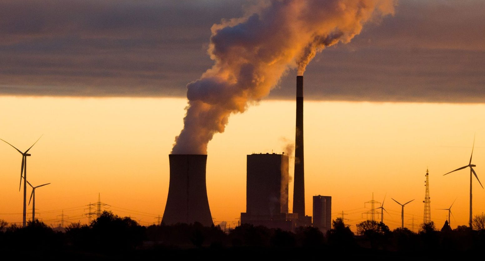 epa05615692 The sun rises behind a coal-fired power station in Hanover, Lower Saxony, Germany, 03 November 2016.  EPA/JULIAN†STRATENSCHULTE