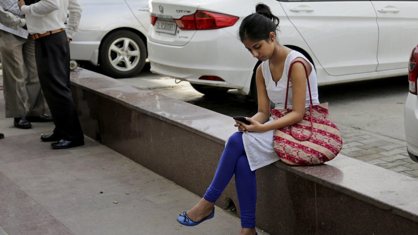 India-women-mobile