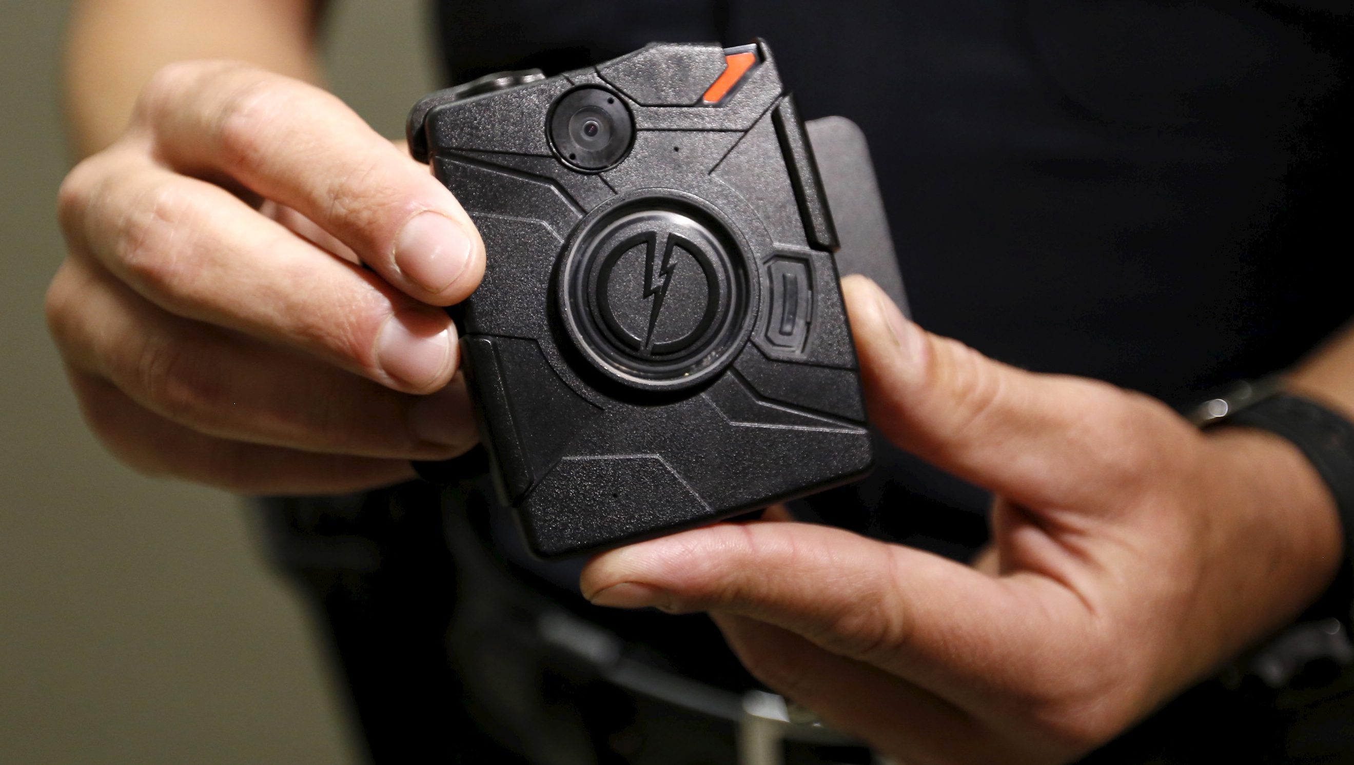 Los Angeles Police Department (LAPD) information technology bureau officer Jim Stover displays the new body cameras to be used by the LAPD in Los Angeles, California August 31, 2015.  REUTERS/Al Seib/Pool/Files - RTSPIMO