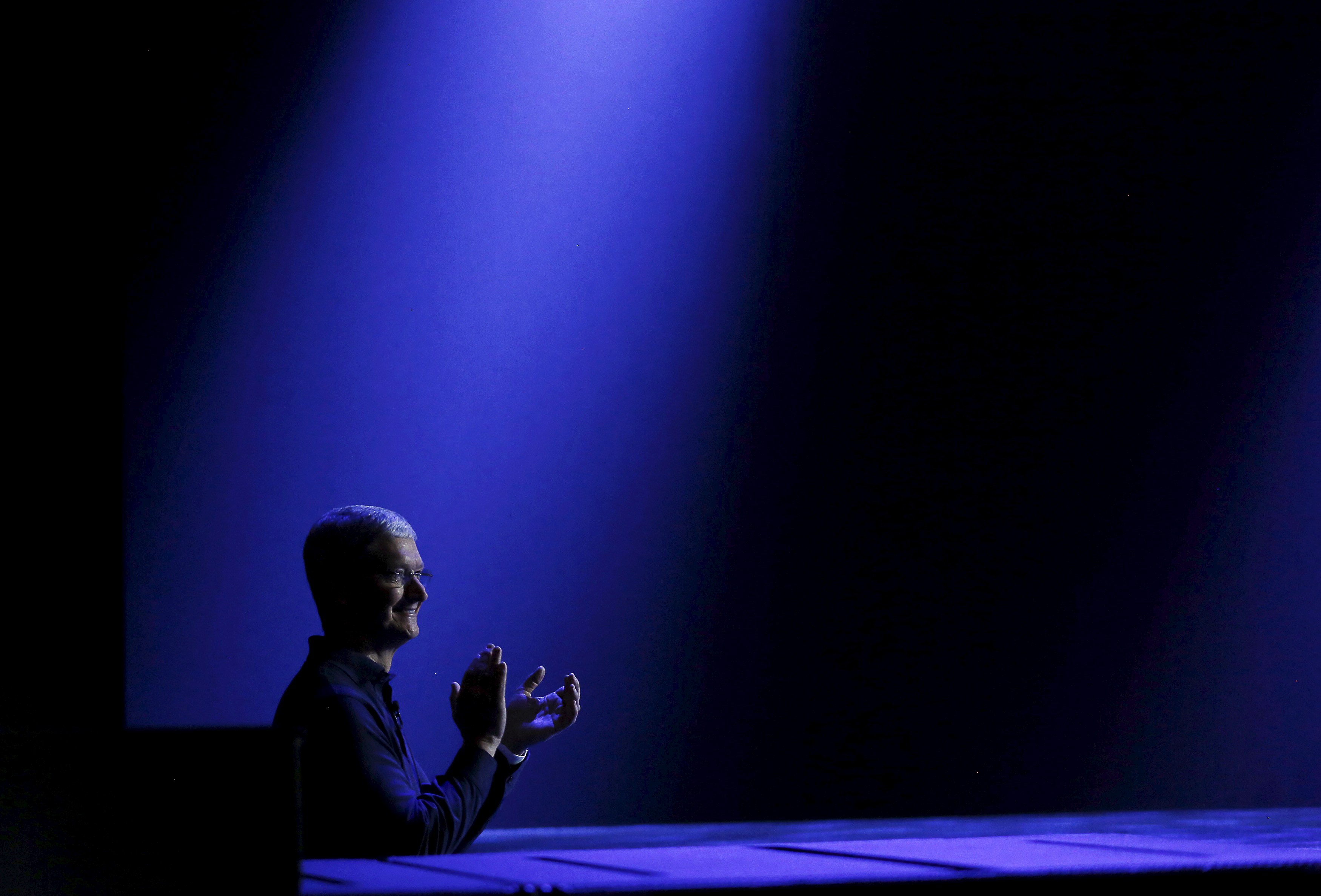 Apple CEO Tim Cook waits to return to stage during his keynote address at the Worldwide Developers Conference in San Francisco, California June 8, 2015.  REUTERS/Robert Galbraith      TPX IMAGES OF THE DAY      - RTX1FP5Z