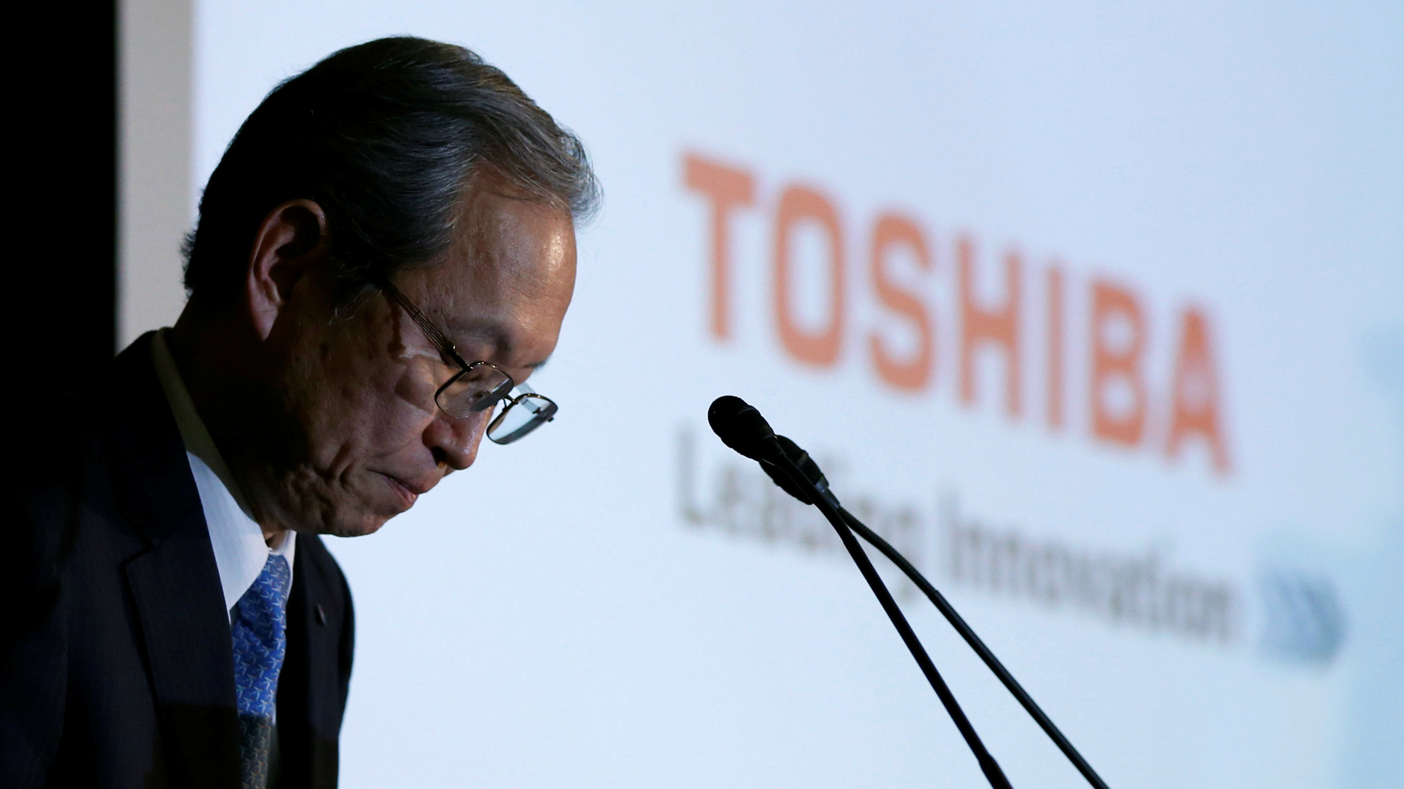 Toshiba Corp CEO Satoshi Tsunakawa bows as the start of a news conference at the company's headquarters in Tokyo, Japan REUTERS/Toru Hanai