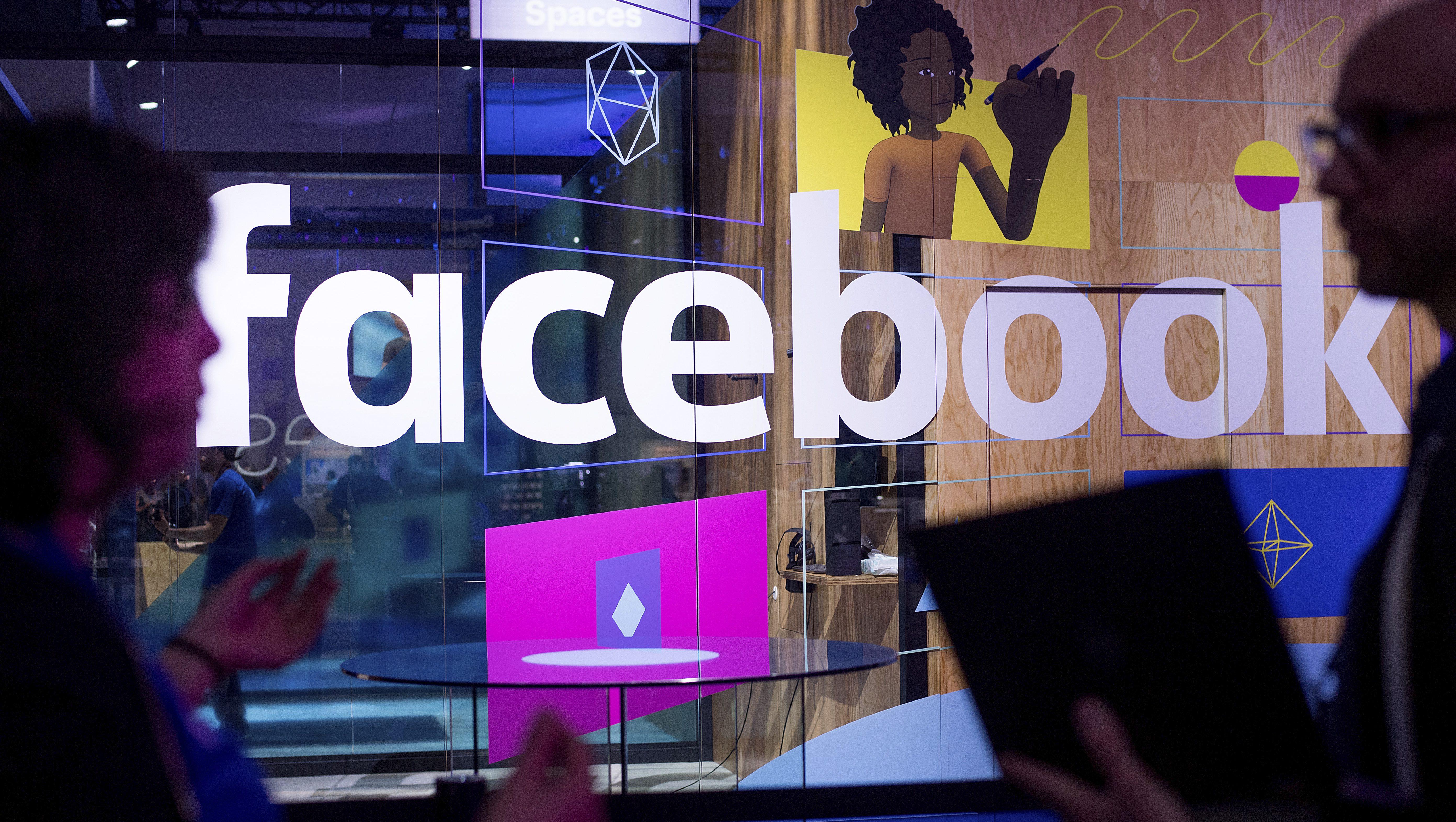 El logo de Facebook se ve en la conferencia de programadores de la empresa en San José, California, el 18 de abril del 2017. (AP Photo/Noah Berger)