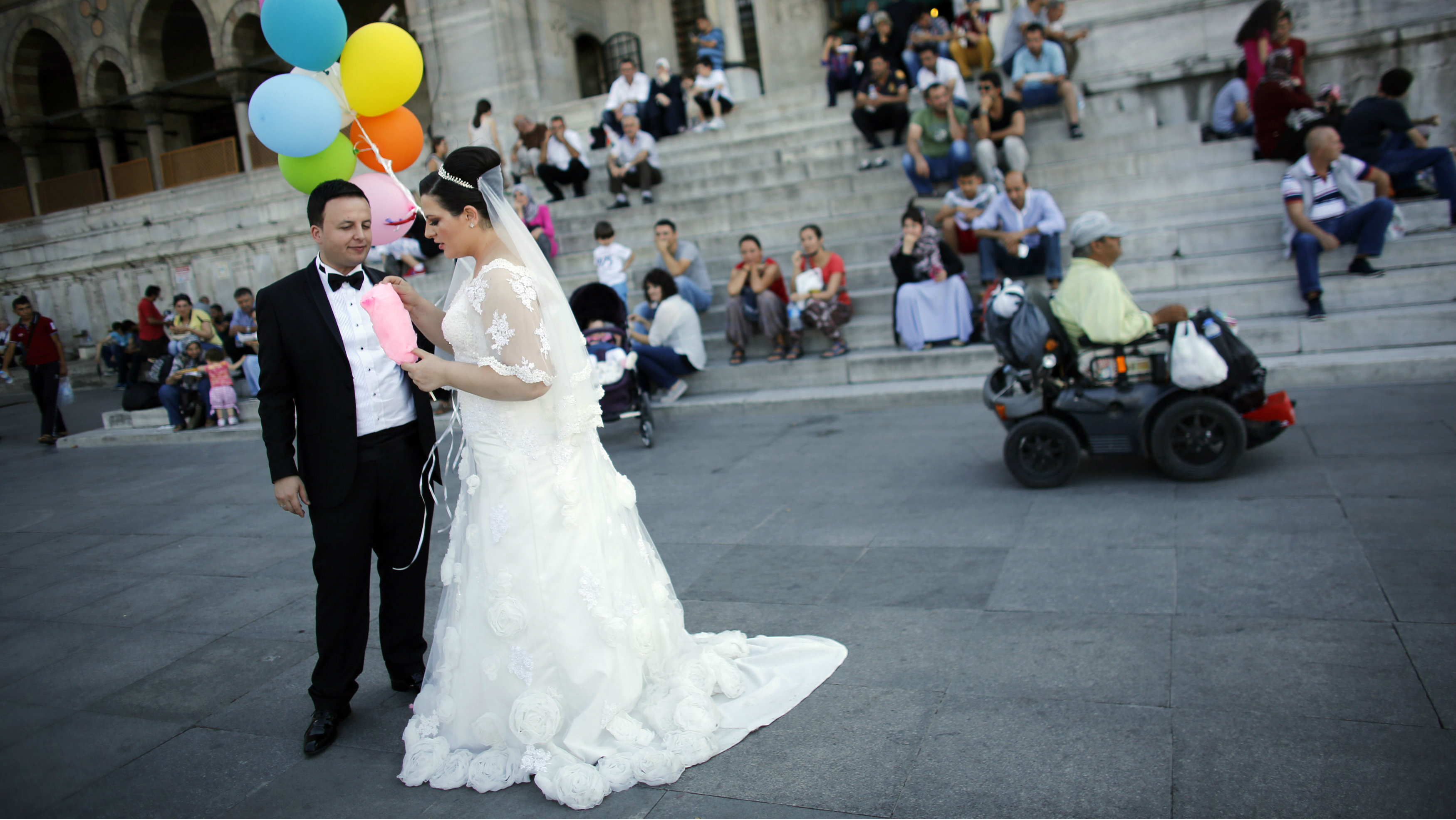 Bride Mutlu and groom Ihsan Baran pose for their photographer in front of the New mosque at Eminonu square in Istanbul September 11, 2014. REUTERS/Murad Sezer (TURKEY - Tags: SOCIETY)