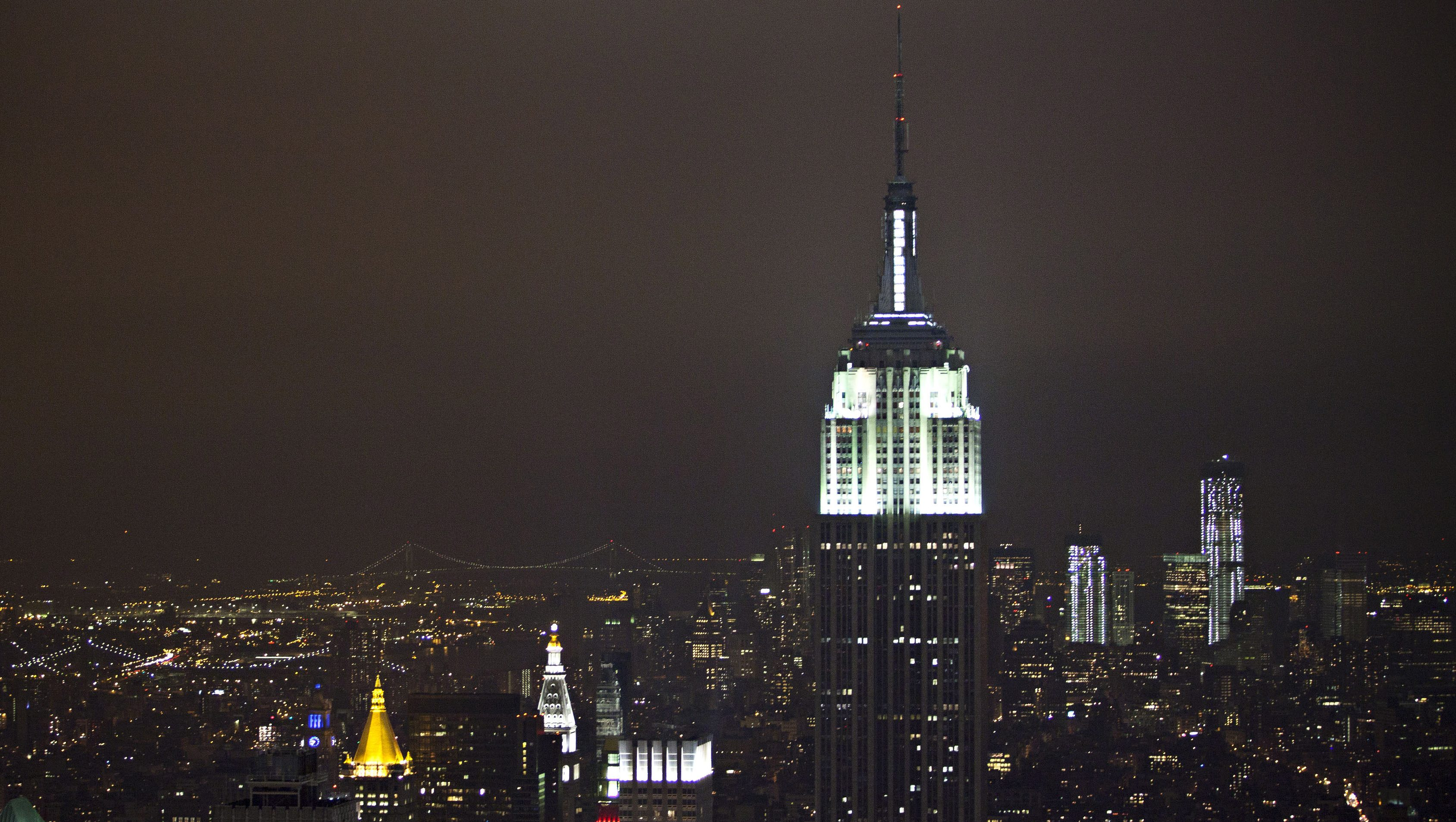 The Empire State Building is seen with the lights switched back on after participating in Earth Hour, in New York, March 31, 2012. Lights started going off around the world on Saturday in a show of support for renewable energy. REUTERS/Andrew Burton (UNITED STATES - Tags: ENVIRONMENT SOCIETY) - RTR306JF