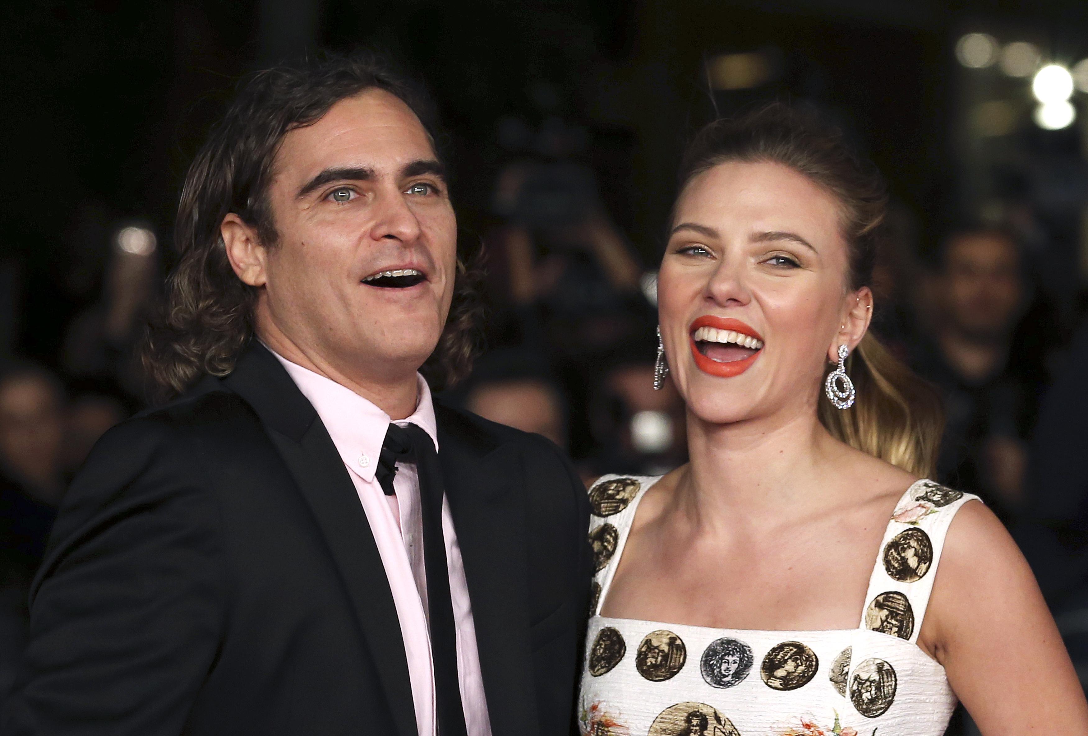 """Cast members Joaquin Phoenix (L) and Scarlett Johansson (R) arrive for a red carpet event for the movie """"Her"""" at the Rome Film Festival, November 10, 2013. REUTERS/Alessandro Bianchi (ITALY - Tags: ENTERTAINMENT) - RTX1583B"""