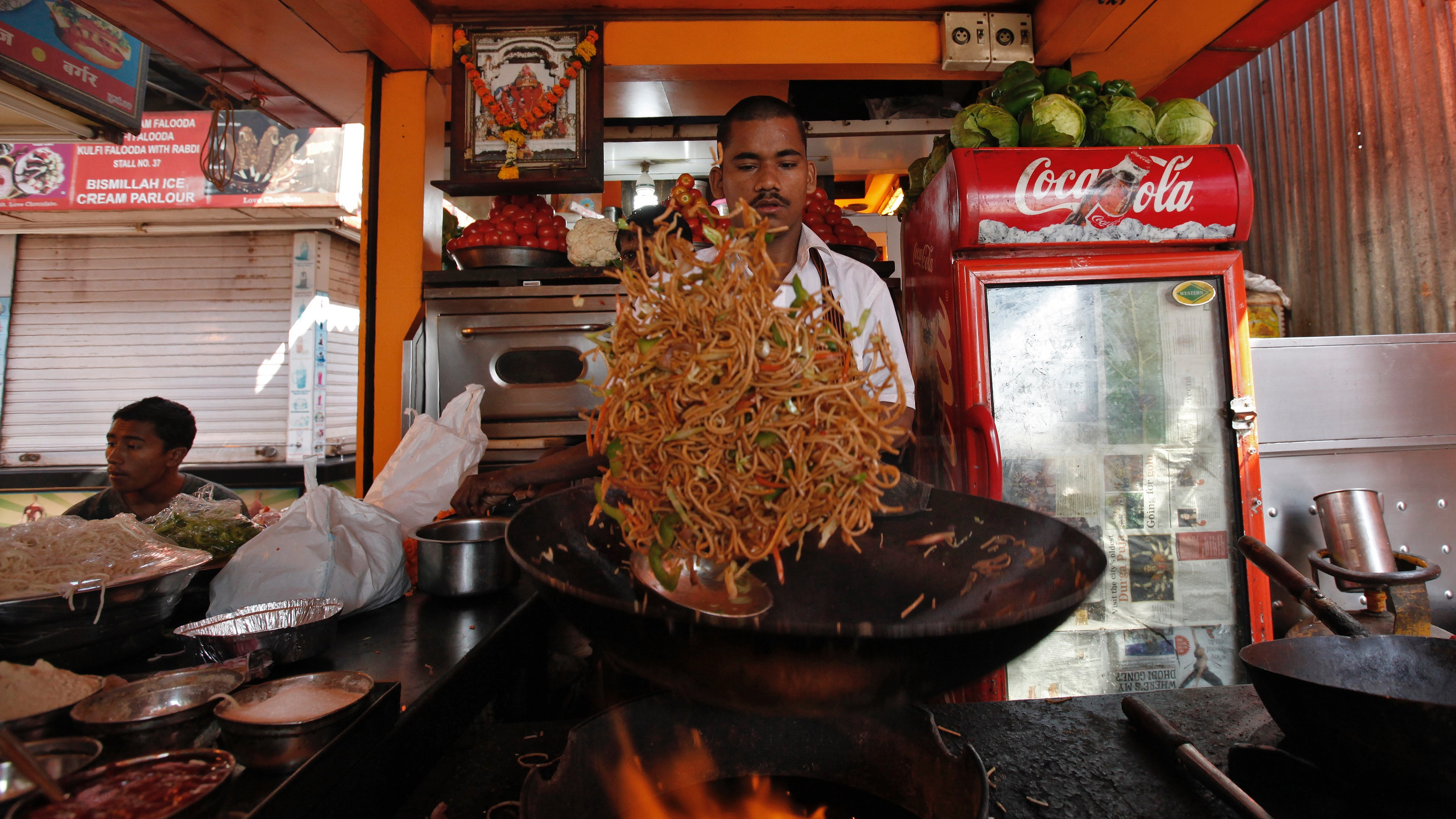 A cook makes vegetable chowmein containing onions at a beachside restaurant in Mumbai January 28, 2011. Onions are base ingredients for almost all Indian dishes. Soaring prices of the vegetable have helped dislodge Indian state governments in the past, and rising food costs often spark street protests in a country where over 40 percent of the 1.2 billion population lives on under $1.25 per day. To match Feature INDIA-FOOD/ REUTERS/Danish Siddiqui (INDIA - Tags: FOOD SOCIETY EMPLOYMENT BUSINESS AGRICULTURE) - RTXX6GK