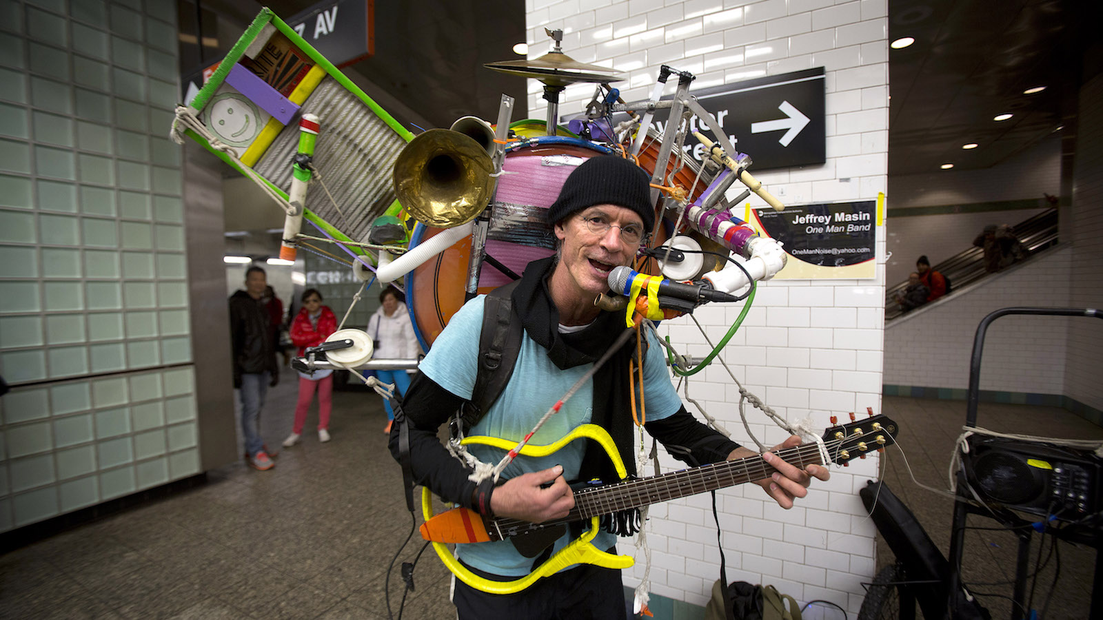 One-man band musician Jeffrey Masin performs at the Times Square subway station for tips in New York, December 27, 2013.      REUTERS/Carlo Allegri (UNITED STATES - Tags: SOCIETY) - RTX16VFQ