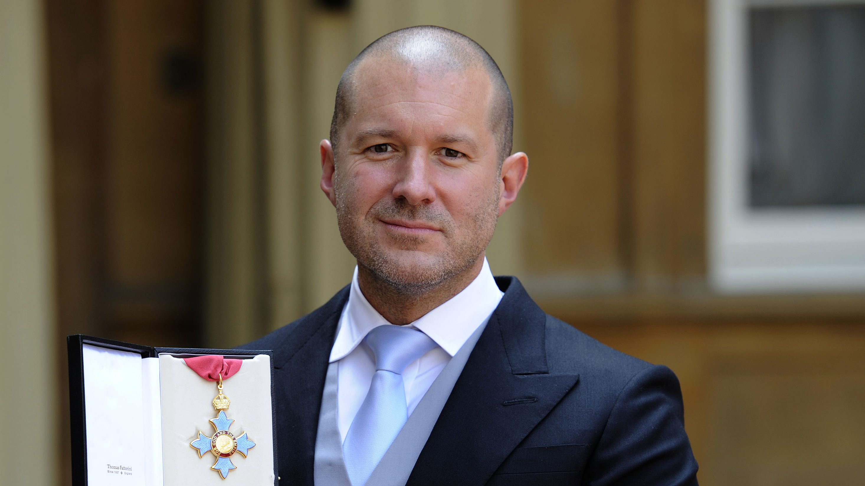 Jonathan Ive, senior vice president of industrial design at Apple Inc poses with his with his Knight Commander of the Order of the British Empire award (KBE) after an investiture ceremony at Buckingham Palace in London May 23, 2012. REUTERS/Rebecca Naden/pool (SOCIETY ROYALS SCIENCE TECHNOLOGY) - RTR32JVC