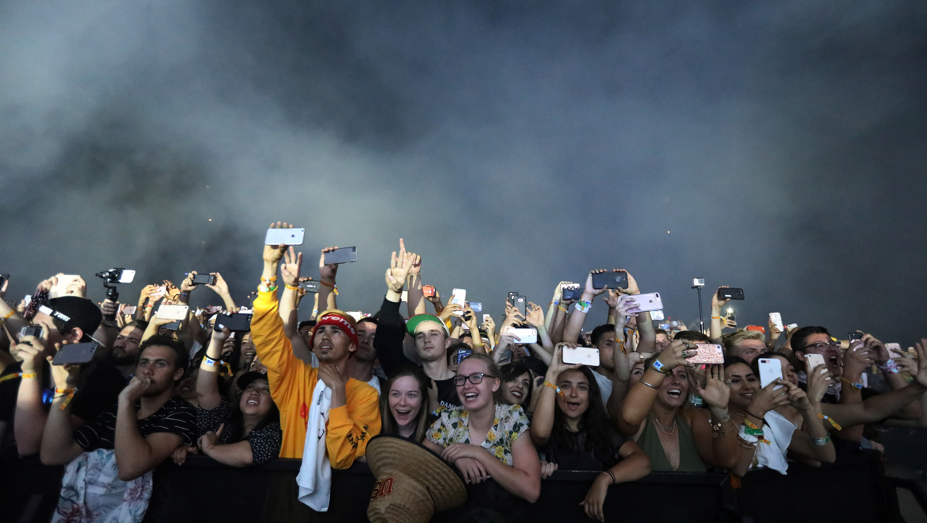 Fans watch as Kendrick Lamar performs during the Coachella Valley Music and Arts Festival in Indio, California, U.S. April 16, 2017.  Picture taken April 16, 2017.   REUTERS/Carlo Allegri - RTS12LBU