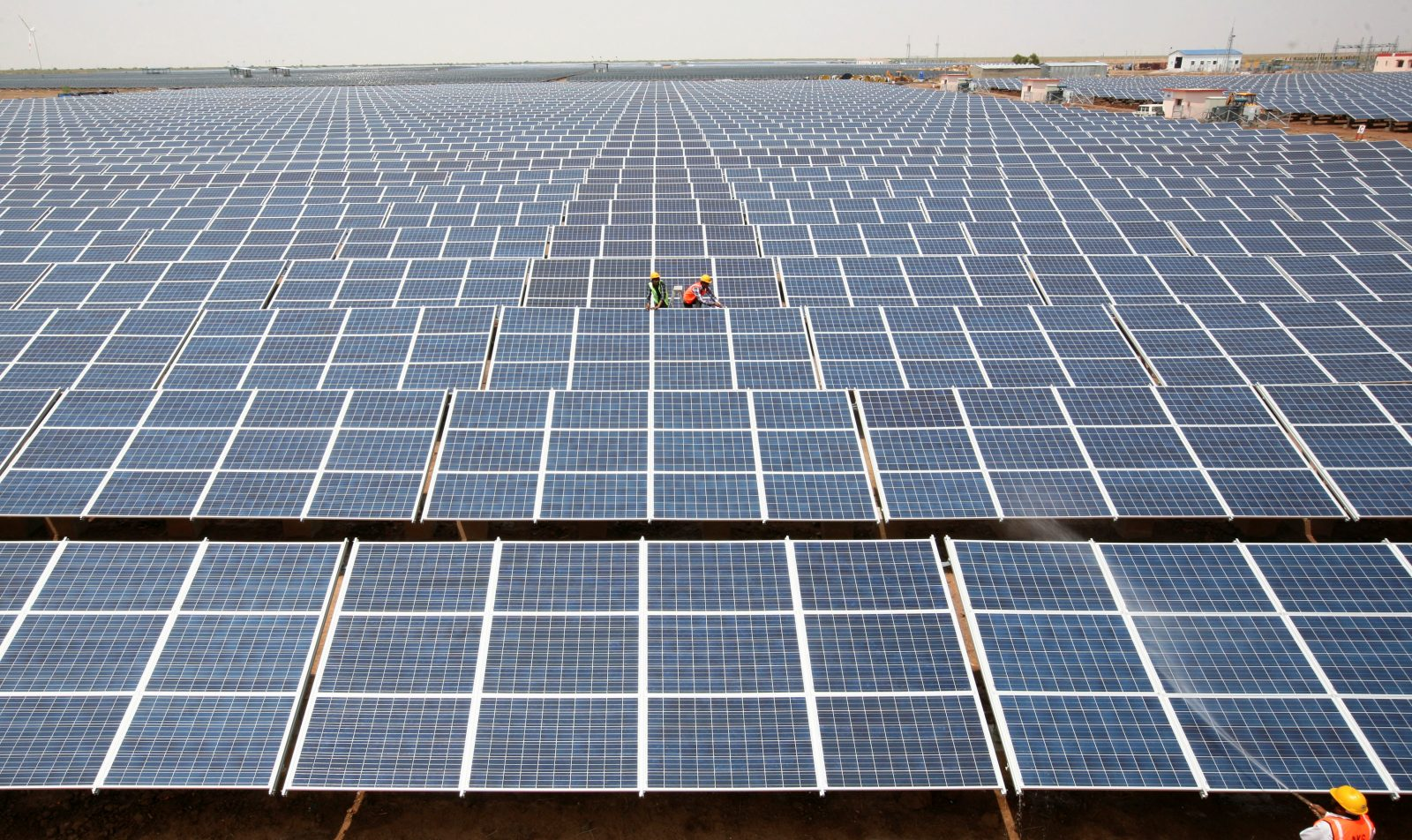 Workers install photovoltaic solar panels at the Gujarat solar park under construction in Charanka village in Patan district of the western Indian state of Gujarat, April 14, 2012. /File Photo - RTS14IF3