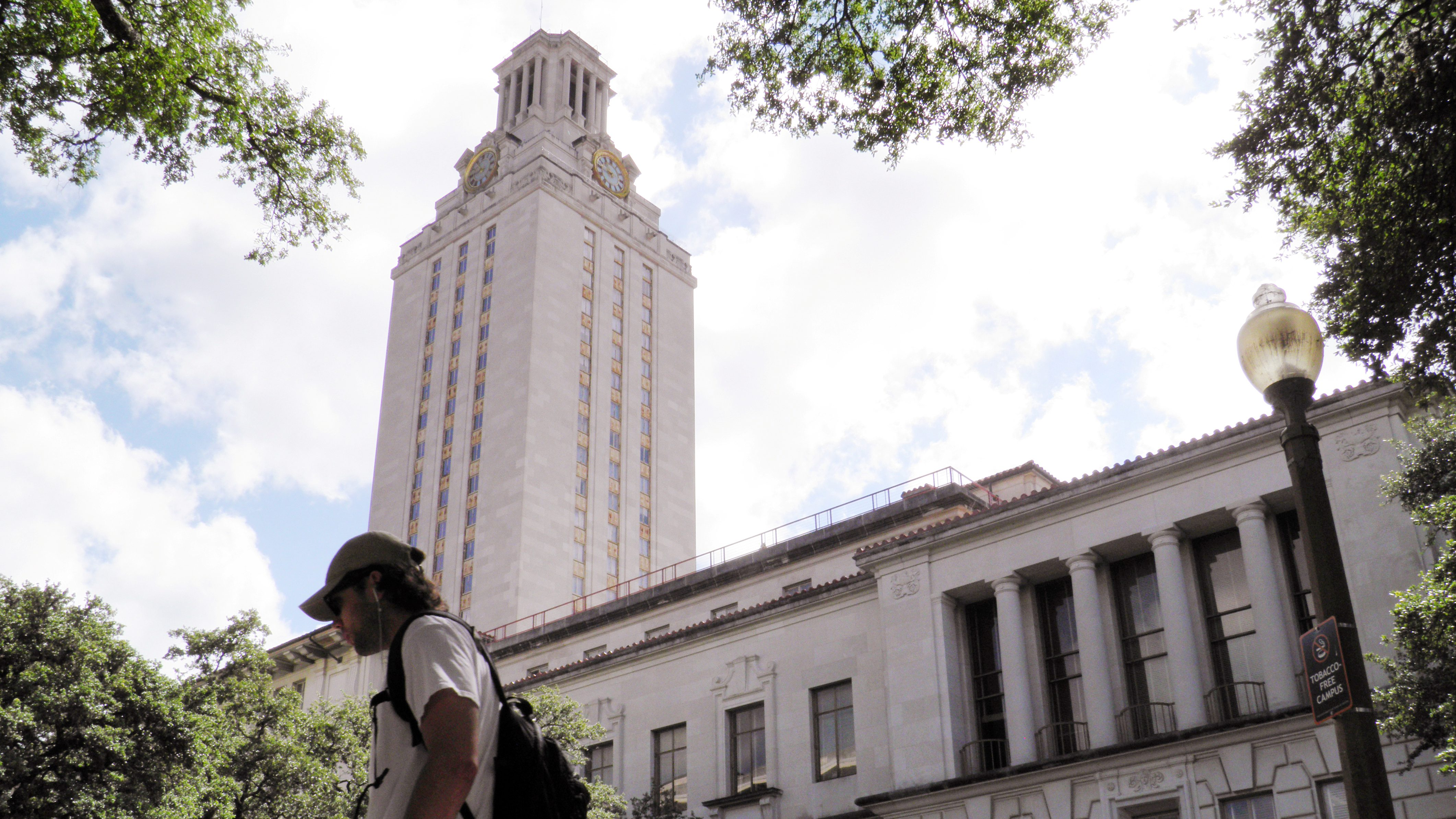 FILE PHOTO: A student walks at the University of Texas campus in Austin, Texas, U.S., on June 23, 2016.  REUTERS/Jon Herskovitz/File Photo - RTS14OXV