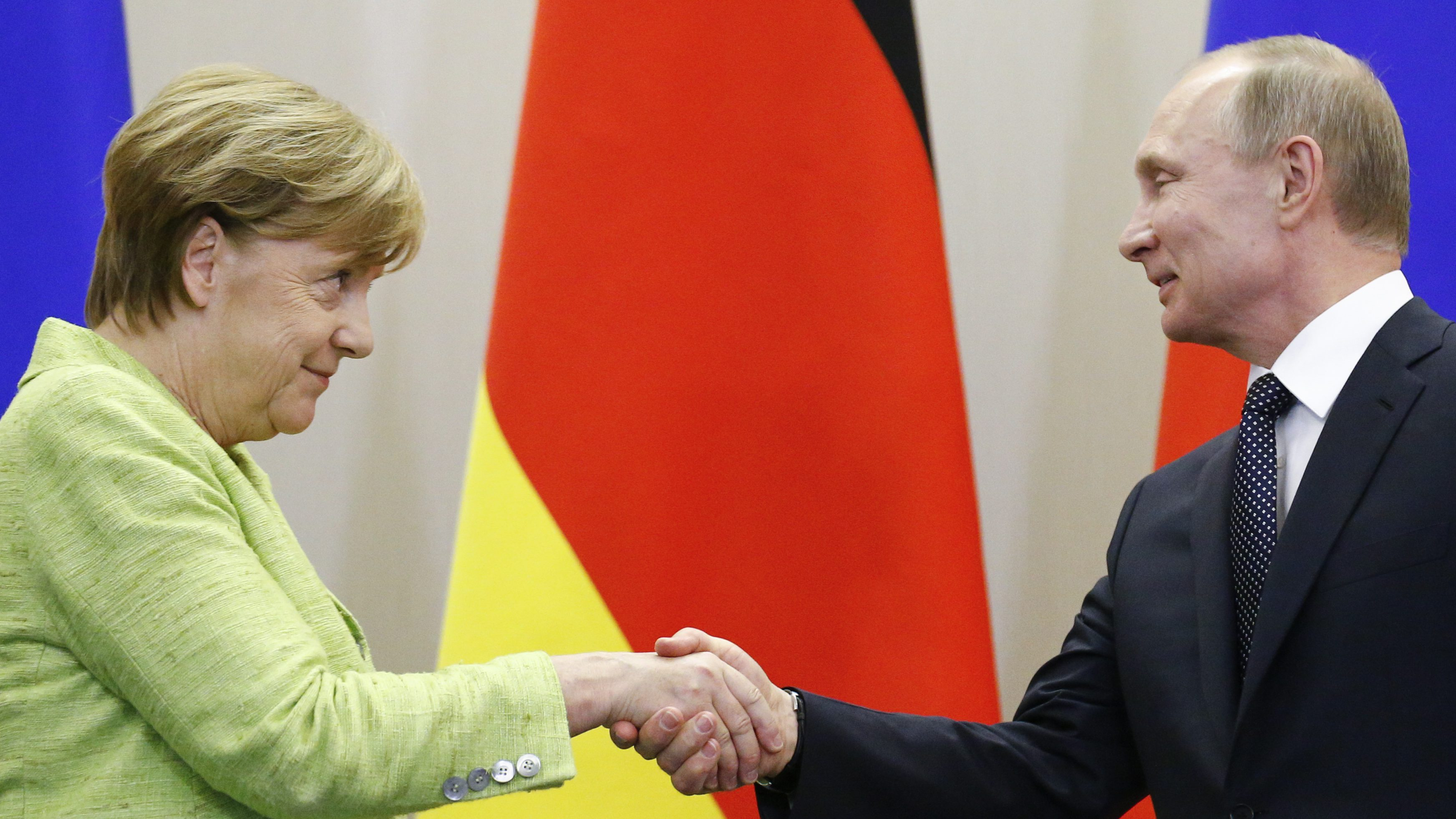 Russian President Vladimir Putin and German Chancellor Angela Merkel shake hands during a joint news conference following their talks at the Bocharov Ruchei state residence in Sochi, Russia, May 2, 2017.  - RTS14T1U