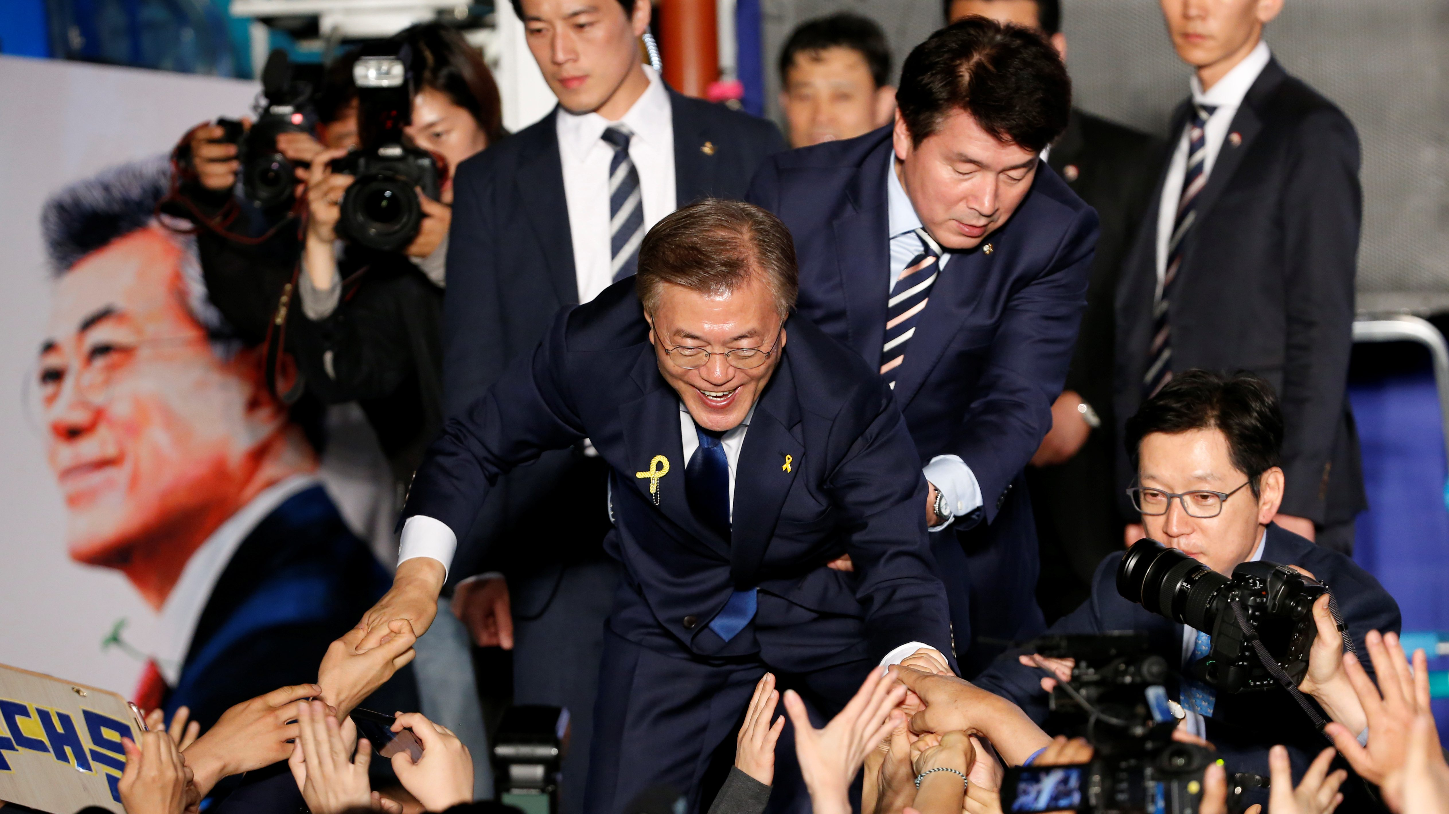South Korea's president-elect Moon Jae-in thanks supporters at Gwanghwamun Square in Seoul, South Korea May 9, 2017. REUTERS/Kim Kyunghoon - RTS15UZL