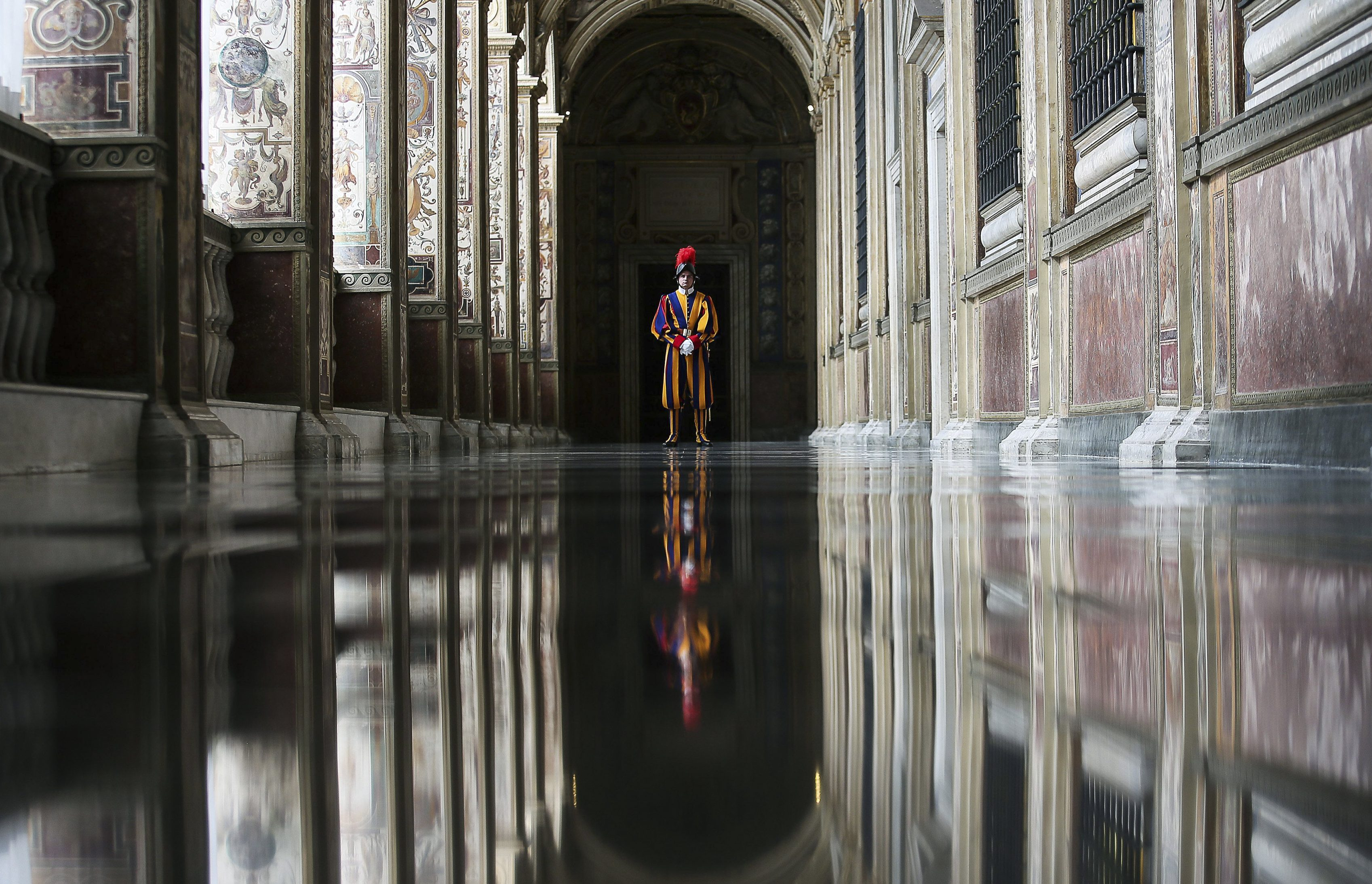 A Swiss guard stands guard at the Vatican April 7, 2016. REUTERS/Alessandro Di Meo/pool TPX IMAGES OF THE DAY - RTSDZOP