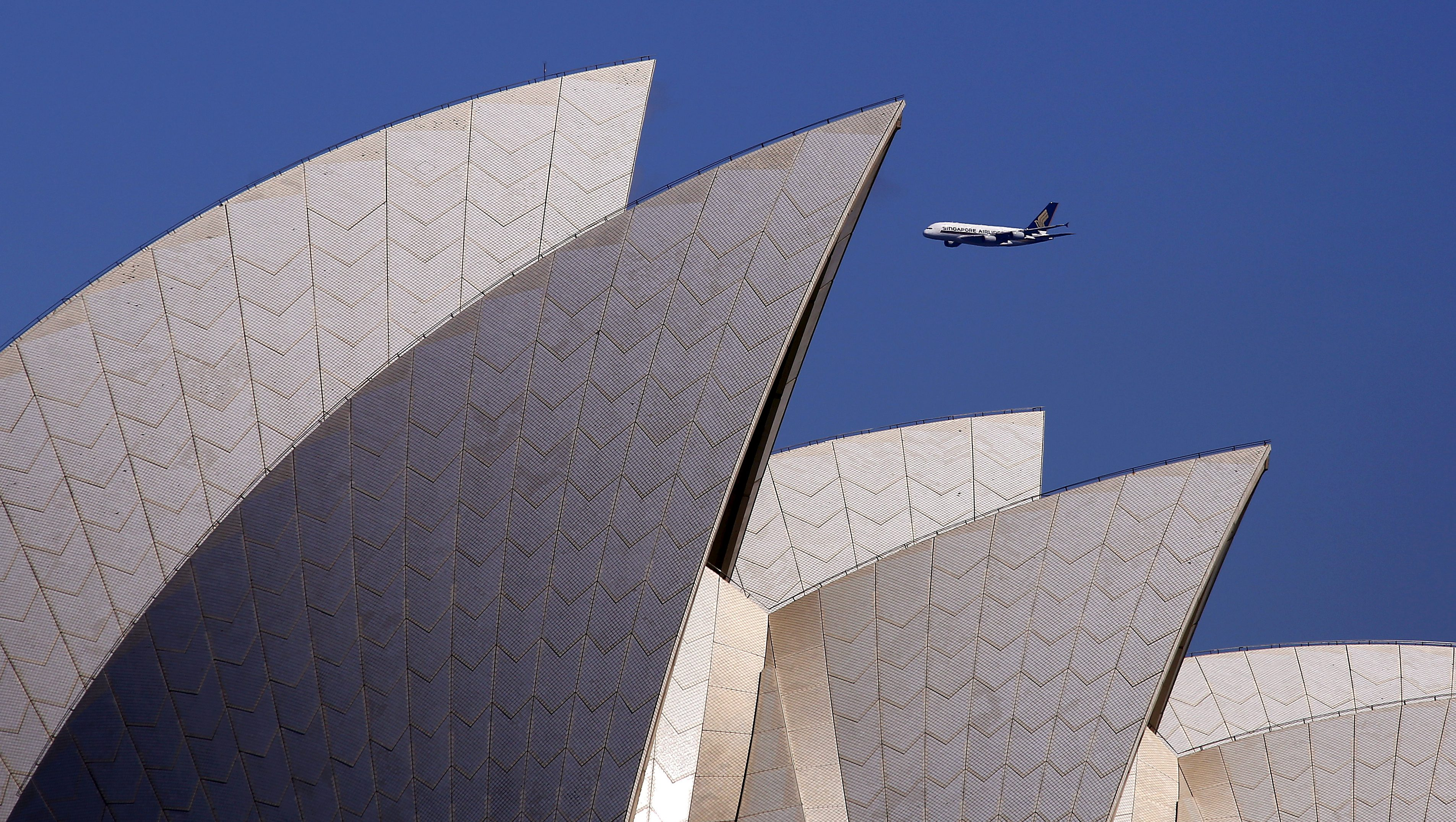 A Singapore Airlines Airbus A380 can be seen coming into land behind the Sydney Opera House in Sydney, Australia, September 28, 2015.     REUTERS/David Gray/File Photo - RTSMKGX
