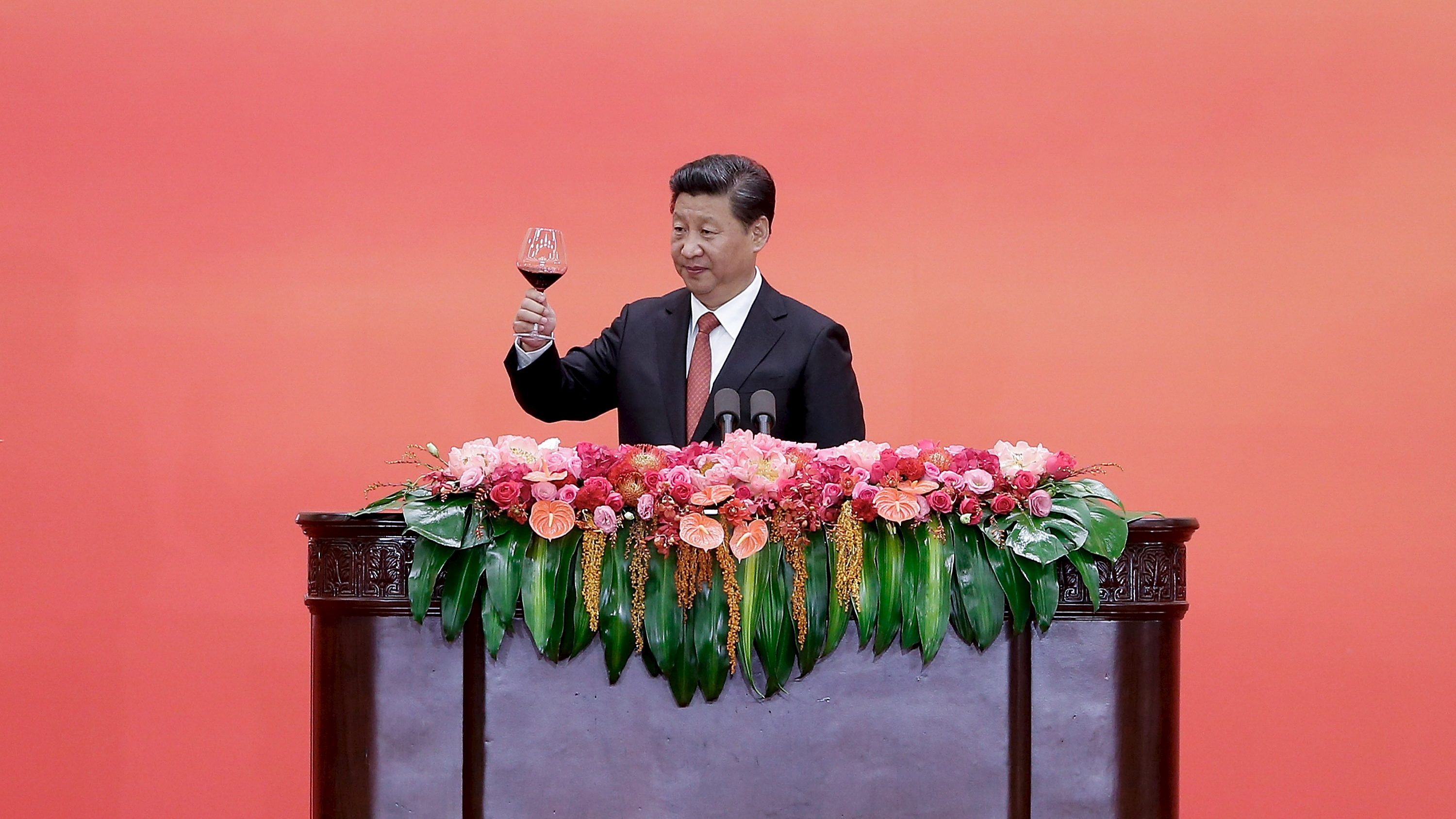 Chinese President Xi Jinping raises a toast to guests after speaking during a reception commemorating 70th anniversary of the end of World War Two, at the Great Hall Of The People in Beijing September 3, 2015.