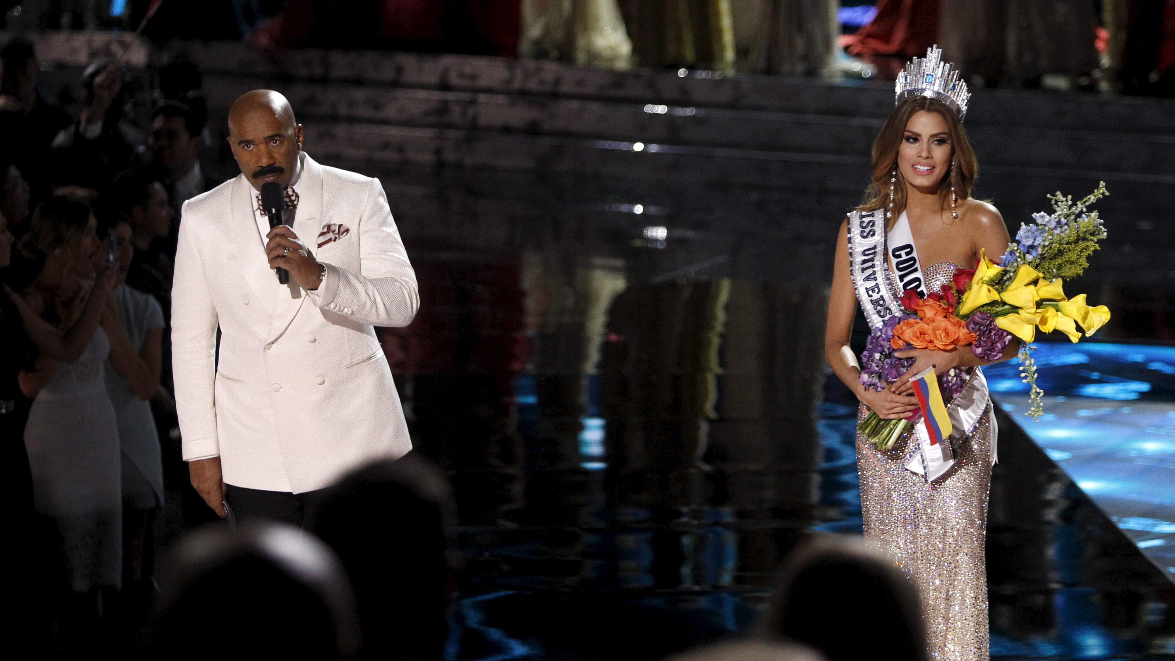Host Steve Harvey (L) speaks to the audience after Miss Colombia Ariadna Gutierrez (R) was crowned Miss Universe during the 2015 Miss Universe Pageant in Las Vegas, Nevada, December 20, 2015. Harvey said he made a mistake when reading the card. Miss Philippines Pia Alonzo Wurtzbach is the actual winner.