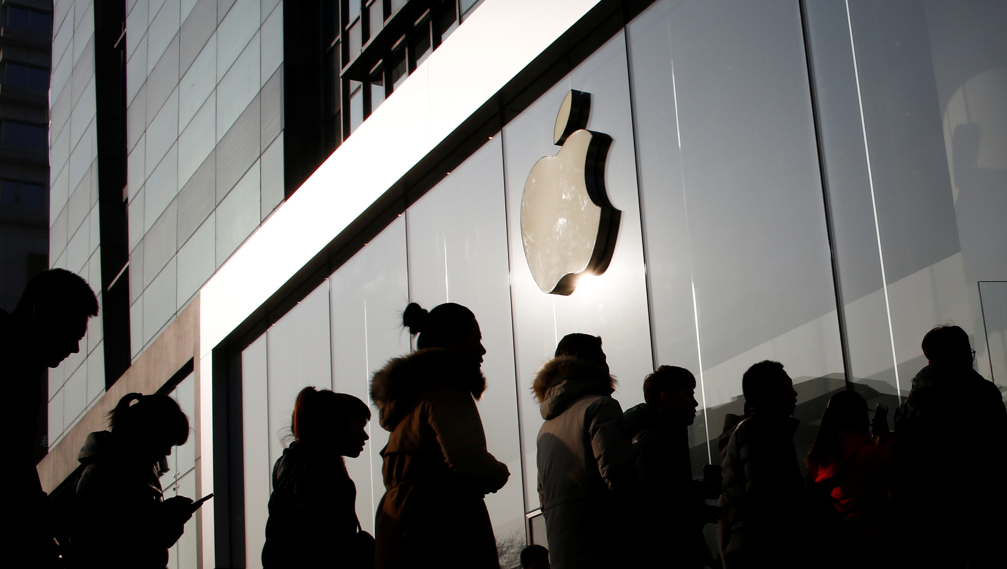 People line up at an Apple store shortly before it opens in Beijing, China, January 3, 2017.  REUTERS/Thomas Peter - RTX2XBAB