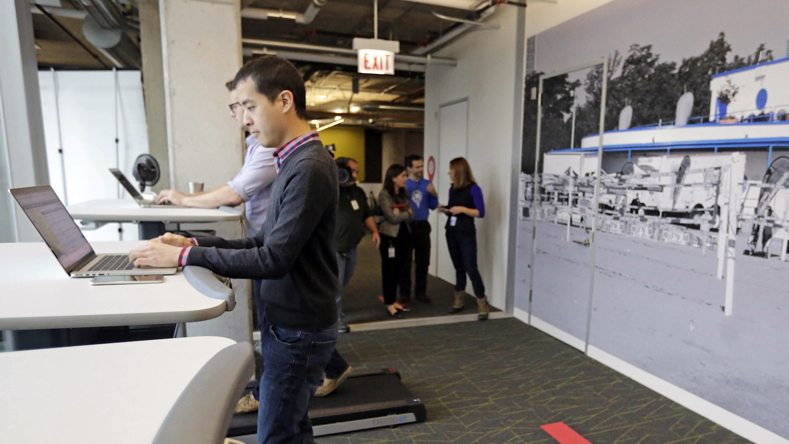Why Standing Desks Should Be In Every >> Why Can T I Focus Using A Standing Desk Quartz