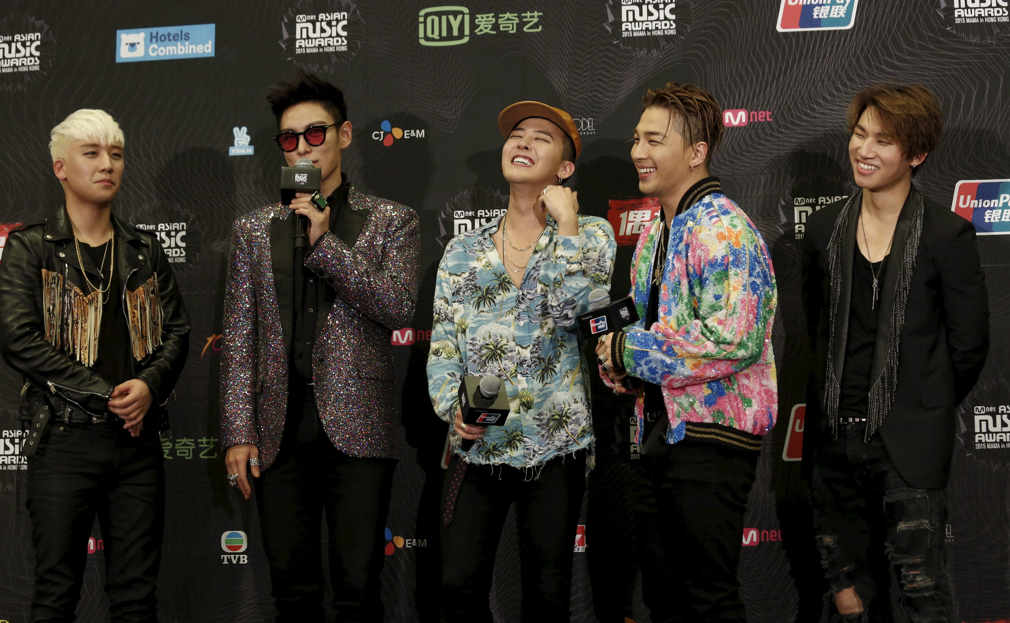 Members of South Korean K-Pop band BIGBANG react on the backstage after winning Artist of the Year award in 2015 Mnet Asian Music Awards (MAMA) in Hong Kong, China December 3, 2015.   REUTERS/Bobby Yip