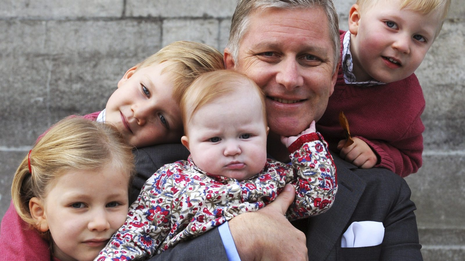 Belgium's Crown Prince Philippe poses with his children in this photograph taken on October 19, 2008 in Brussels and released by the Royal Palace on January 2, 2009. L to R are: Princess Elisabeth, Prince Gabriel, Princess Eleonore, Crown Prince Philippe and Prince Emmanuel.    REUTERS/Royal Palace   (BELGIUM) - RTR22ZYG