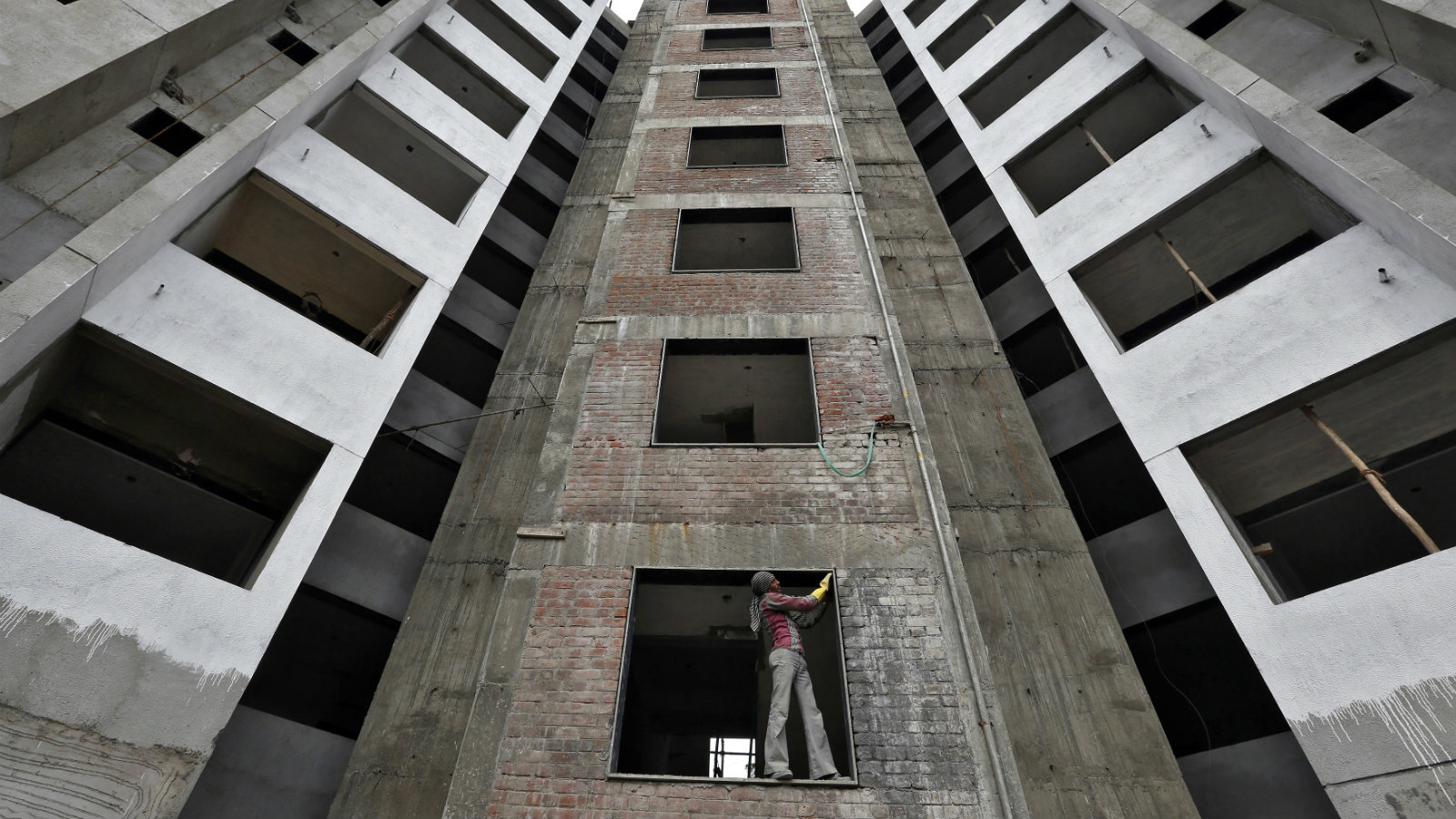 A labourer works at the construction site of a residential complex in the western Indian city of Ahmedabad October 31, 2014. India's fiscal deficit was 4.39 trillion rupees ($71.5 billion) during April-September, or 82.6 percent of the full-year target, government data showed on Friday.