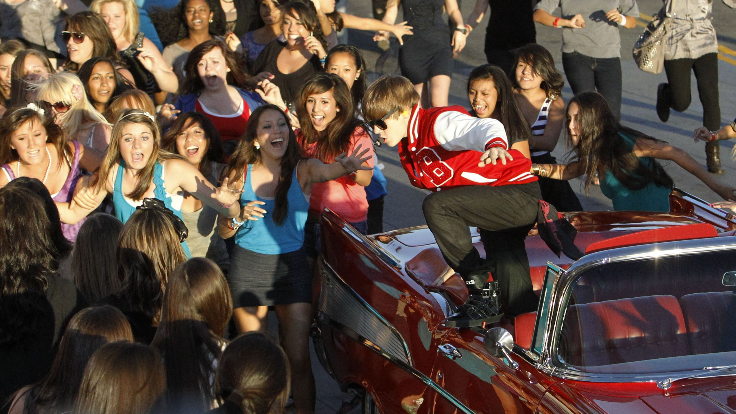 ustin Bieber jumps out of a car before performing a medley of songs at the 2010 MTV Video Music Awards in Los Angeles, California, September 12, 2010. REUTERS/Mario Anzuoni (UNITED STATES - Tags: ENTERTAINMENT IMAGES OF THE DAY) (MTV/ARRIVALS)