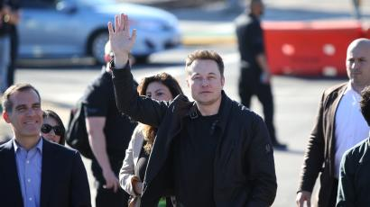 Elon Musk, founder and CEO of SpaceX arrives with Los Angeles Mayor Eric Garrett for the SpaceX Hyperloop Pod Competition in Hawthorne, Los Angeles, California, U.S., January 29, 2017. REUTERS/Monica Almeida - RTSXZZY