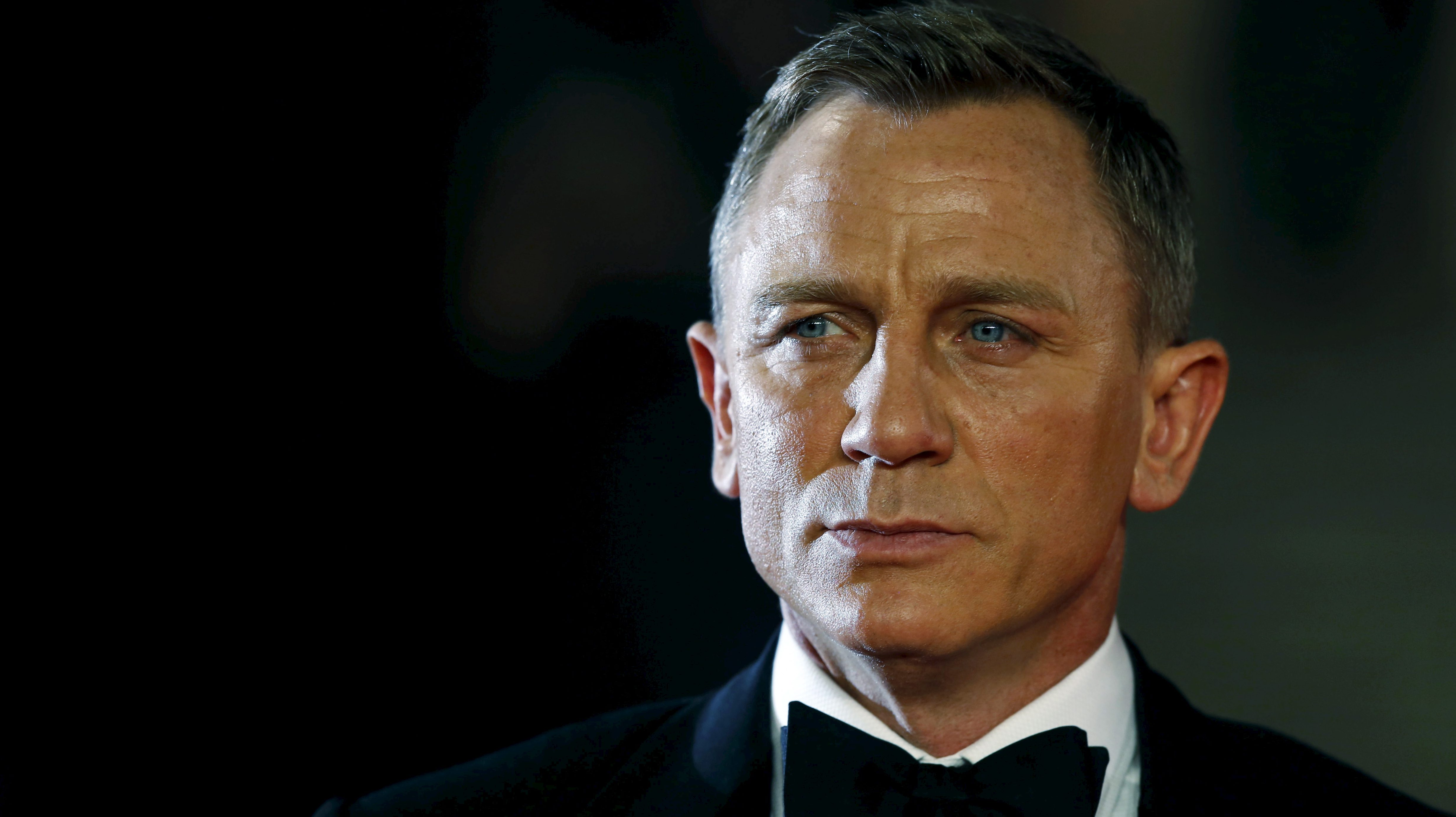 """Daniel Craig poses for photographers as he attends the world premiere of the new James Bond 007 film """"Spectre"""" at the Royal Albert Hall in London, Britain, October 26, 2015. REUTERS/Luke MacGregor/Files - RTX2QO8T"""