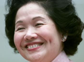 Hong Kong Chief Secretary Anson Chan smiles during a news conference announcing her resignation in Hong Kong January 12, 2001. [Chan's departure signals the most significant government change since Britain returned the rich capitalist outpost to communist China in mid-1997 after more than 150 years of colonial rule.