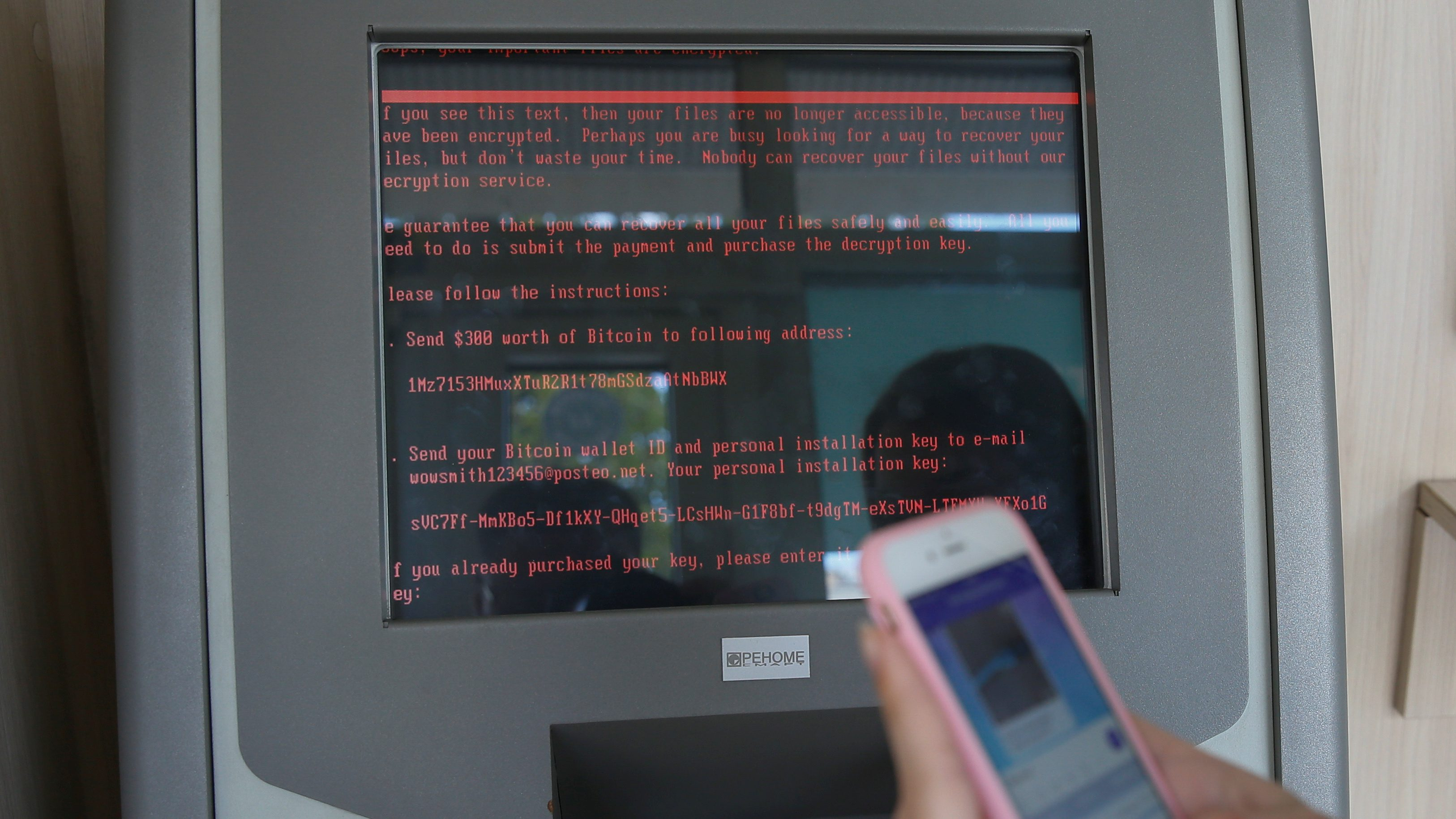 A message demanding money is seen on a monitor of a payment terminal at a branch of Ukraine's state-owned bank Oschadbank after Ukrainian institutions were hit by a wave of cyber attacks earlier in the day, in Kiev, Ukraine, June 27, 2017.  REUTERS/Valentyn Ogirenko     TPX IMAGES OF THE DAY - RTS18U5K
