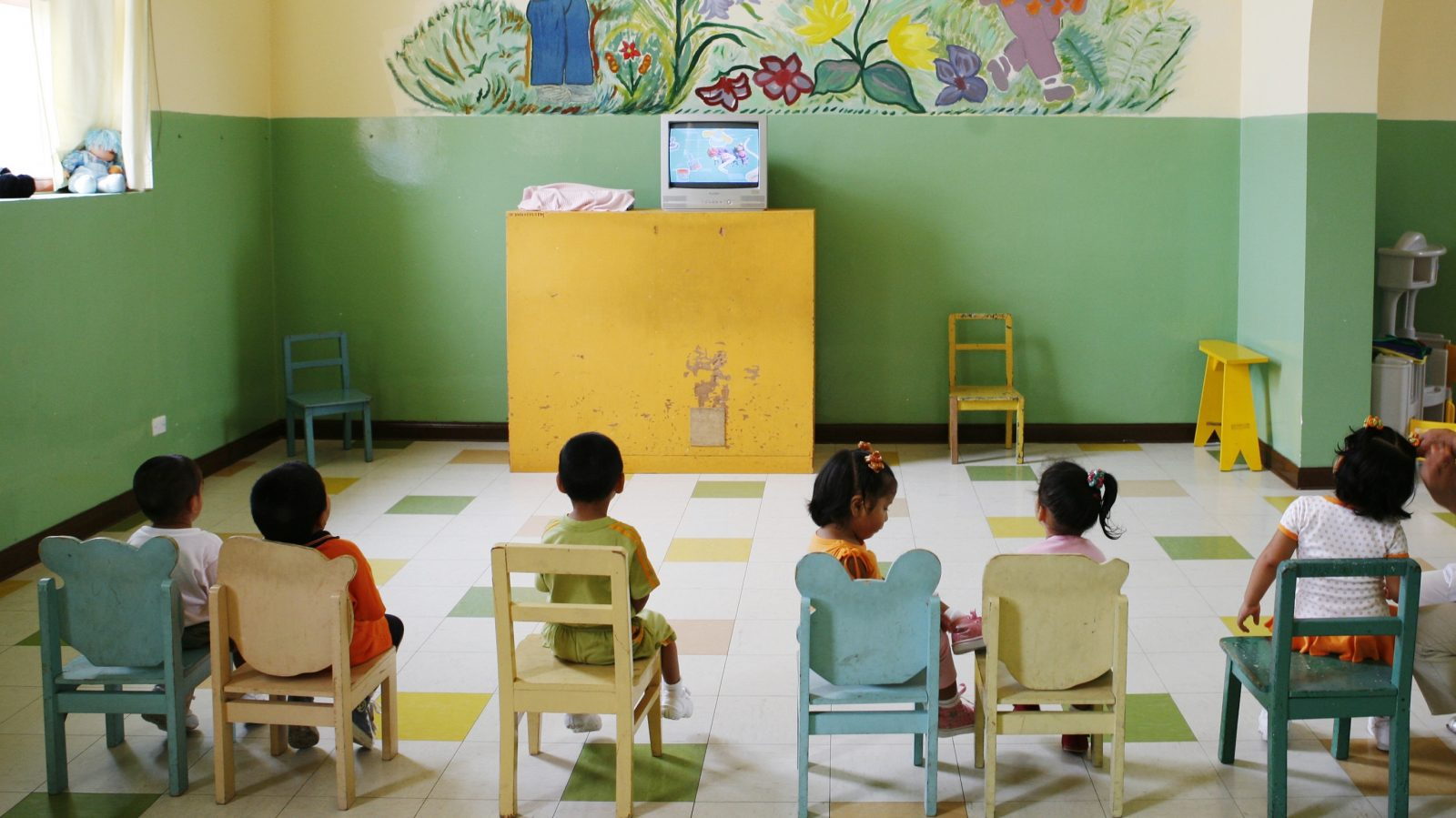 Children watch television at the Puericultorio Perez Aranibar children's home in Lima March 9, 2012. The home, the biggest of its kind in Peru with 82 years of history, provides a shelter for more than 400 children who are abandoned, orphaned, homeless or in dire need. REUTERS/Enrique Castro-Mendivil (PERU - Tags: SOCIETY) - RTR2Z4GO