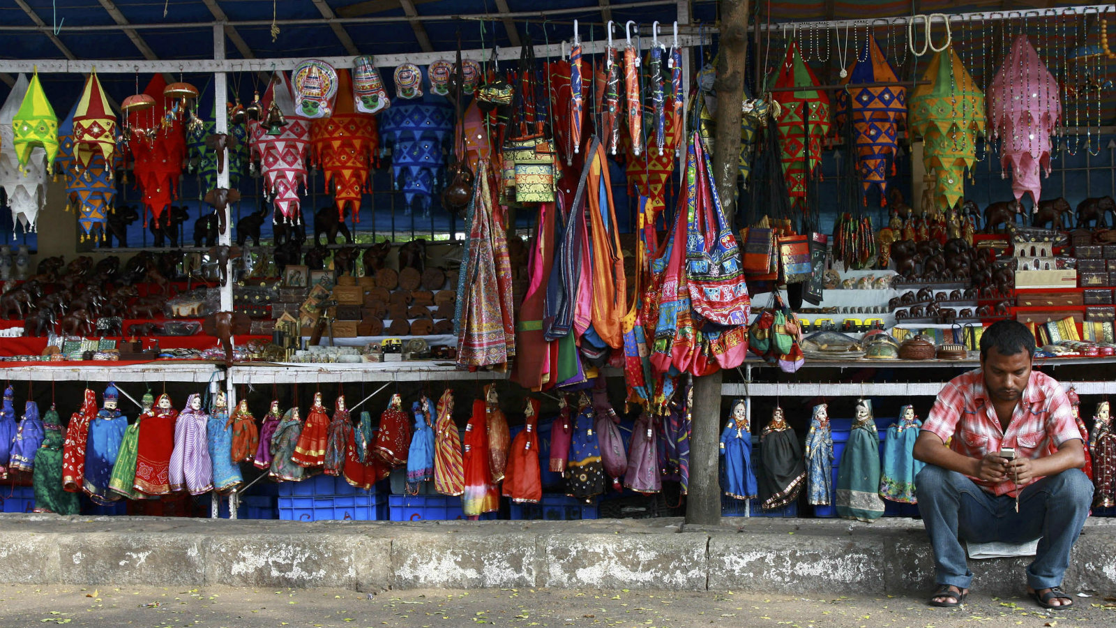 A vendor waits for customers at his roadside handicrafts shop in the southern Indian city of Cochin December 19, 2008. Tourist arrivals in India are set to fall by up to 15 percent this season after Islamist militants went on a three-day rampage in Mumbai, tour operators said on Monday.