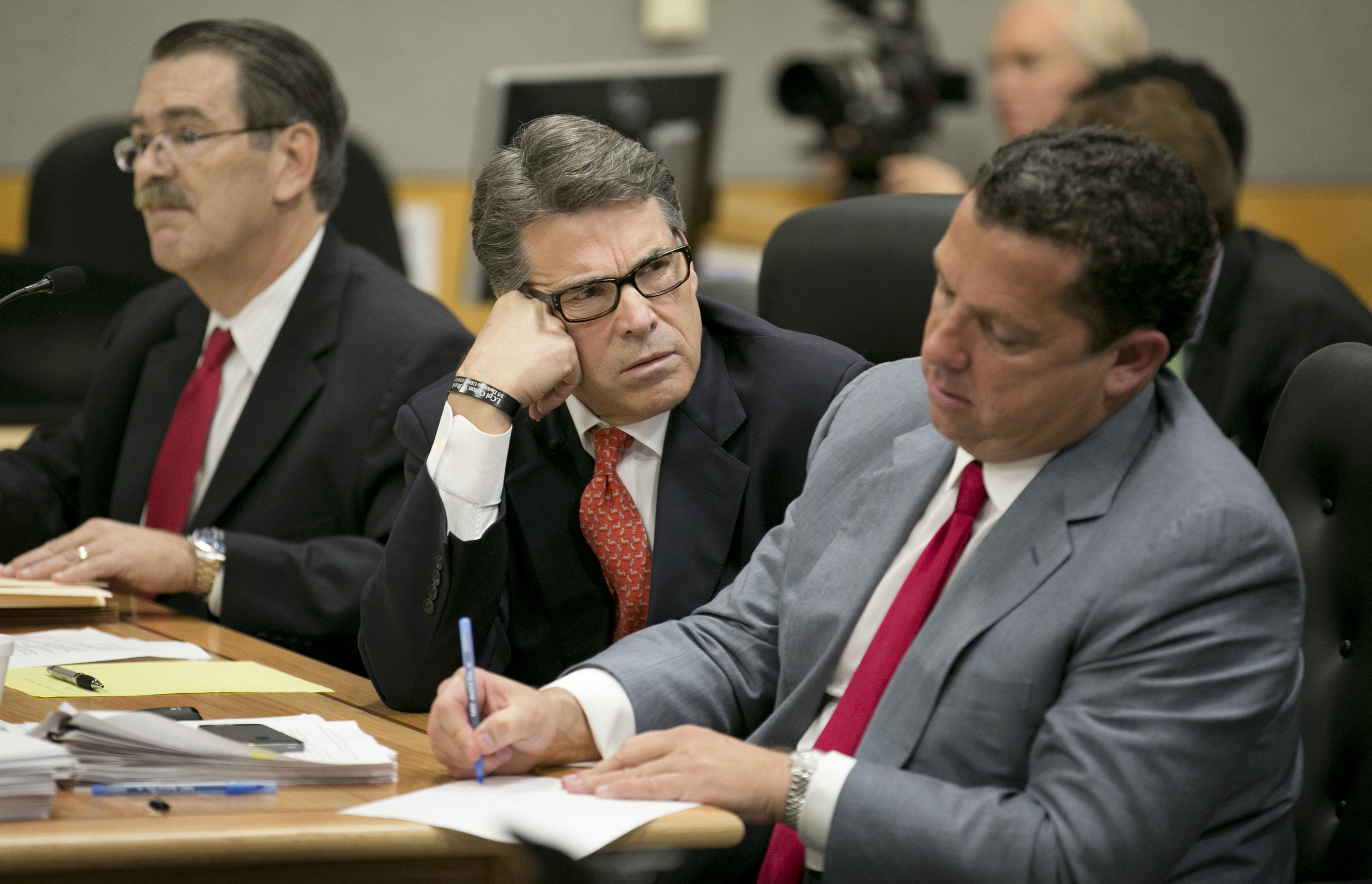Texas Governor Rick Perry (C) and his lawyers David Botsford (L) and Tony Buzbee at pre-trial hearing  on abuse-of-power charges.