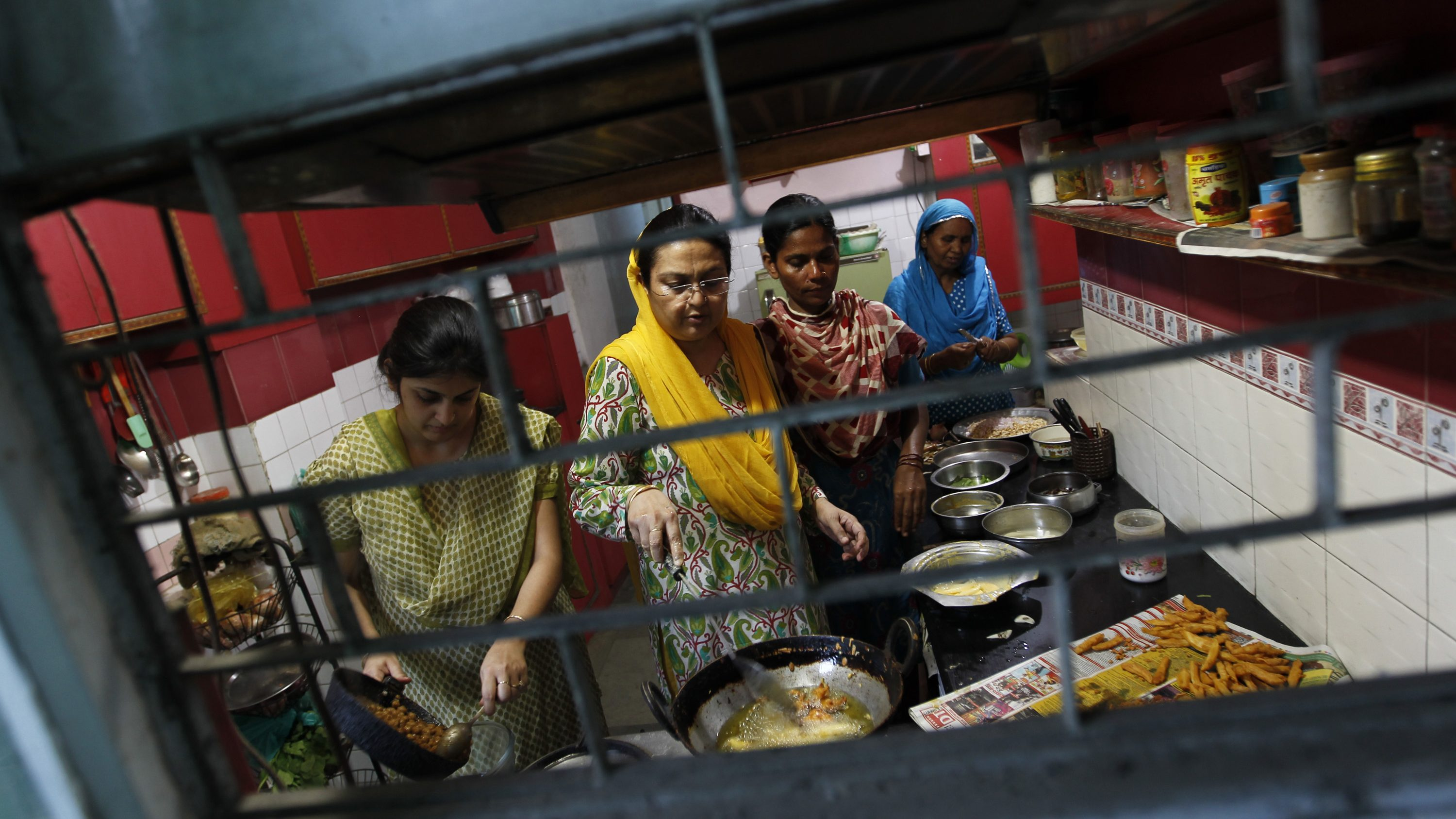 Muslim women prepare the Iftar (fast-breaking) meal during the holy month of Ramadan at their ancestral home called Sharif Manzil, which is one of the oldest haveli (mansion), in the old quarters of Delhi August 16, 2012. REUTERS/Mansi Thapliyal (INDIA - Tags: RELIGION SOCIETY) - RTR36WKJ