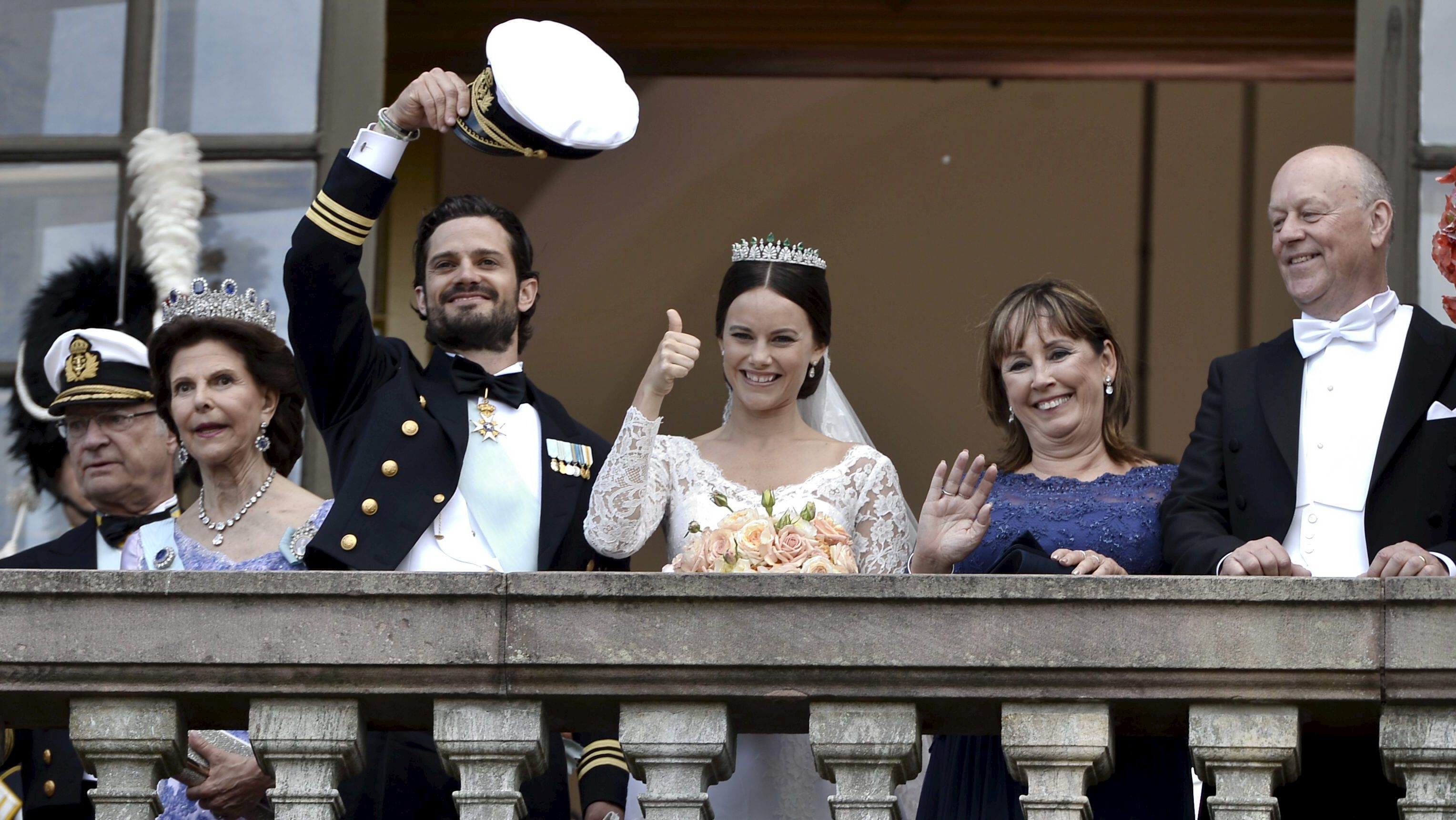 (L-R) Sweden's King Carl Gustaf, Queen Silvia, Prince Carl Philip, Sofia Hellqvist and Marie and Erik Hellqvist wave after their royal wedding in the Royal Chapel in Stockholm, Sweden, June 13, 2015. REUTERS/Claudio Bresciani/TT News Agency  ATTENTION EDITORS - THIS IMAGE HAS BEEN SUPPLIED BY A THIRD PARTY. IT IS DISTRIBUTED, EXACTLY AS RECEIVED BY REUTERS, AS A SERVICE TO CLIENTS. SWEDEN OUT. NO COMMERCIAL OR EDITORIAL SALES IN SWEDEN. NO COMMERCIAL SALES.