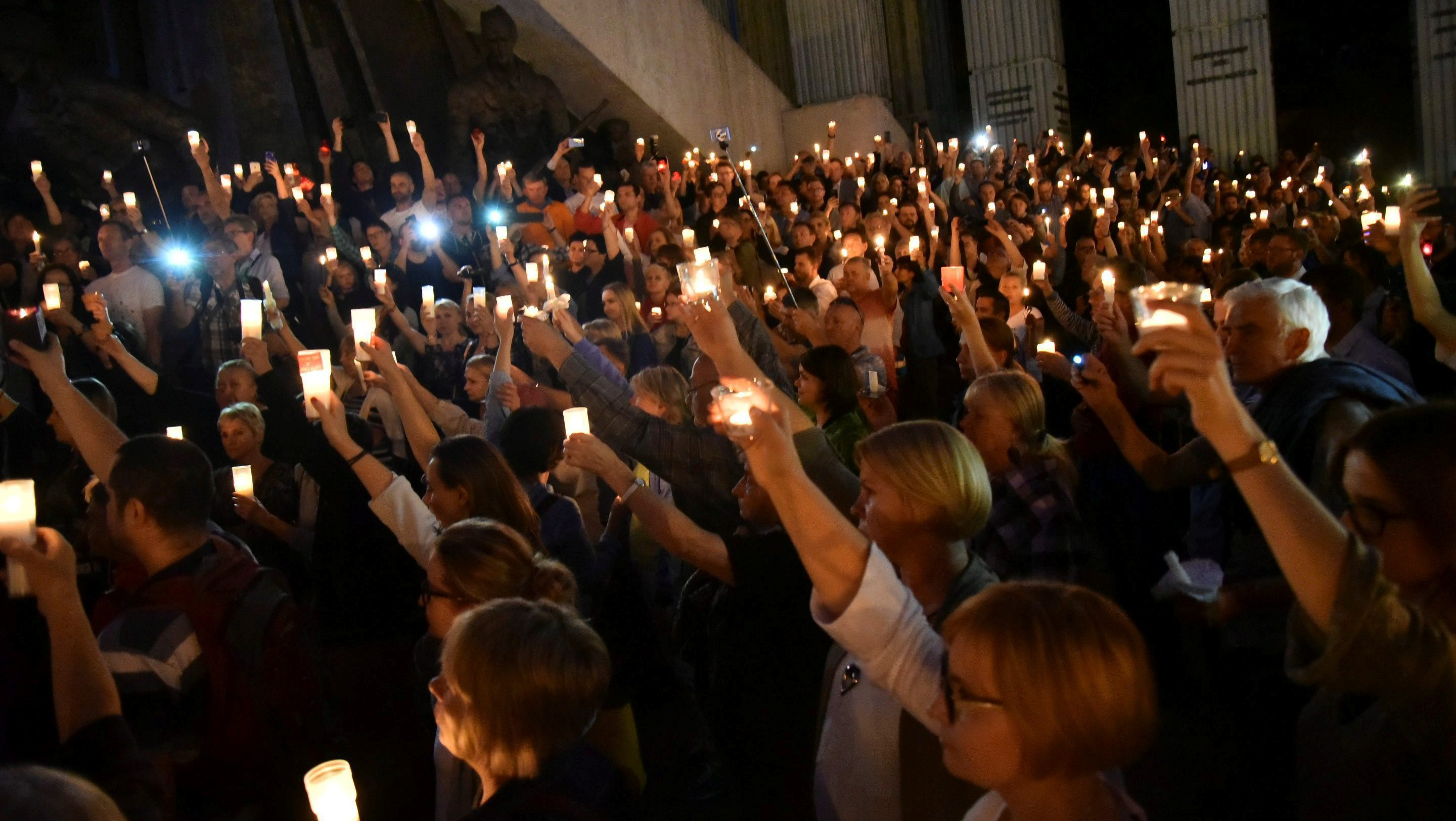 Protesters hold candles during a candlelight rally to protest against judicial reforms in front of the Supreme Court in Warsaw, Poland, July 16, 2017. Agencja Gazeta/Franciszek Mazur via REUTERS ATTENTION EDITORS - THIS IMAGE HAS BEEN SUPPLIED BY A THIRD PARTY. POLAND OUT. - RTX3BPGT