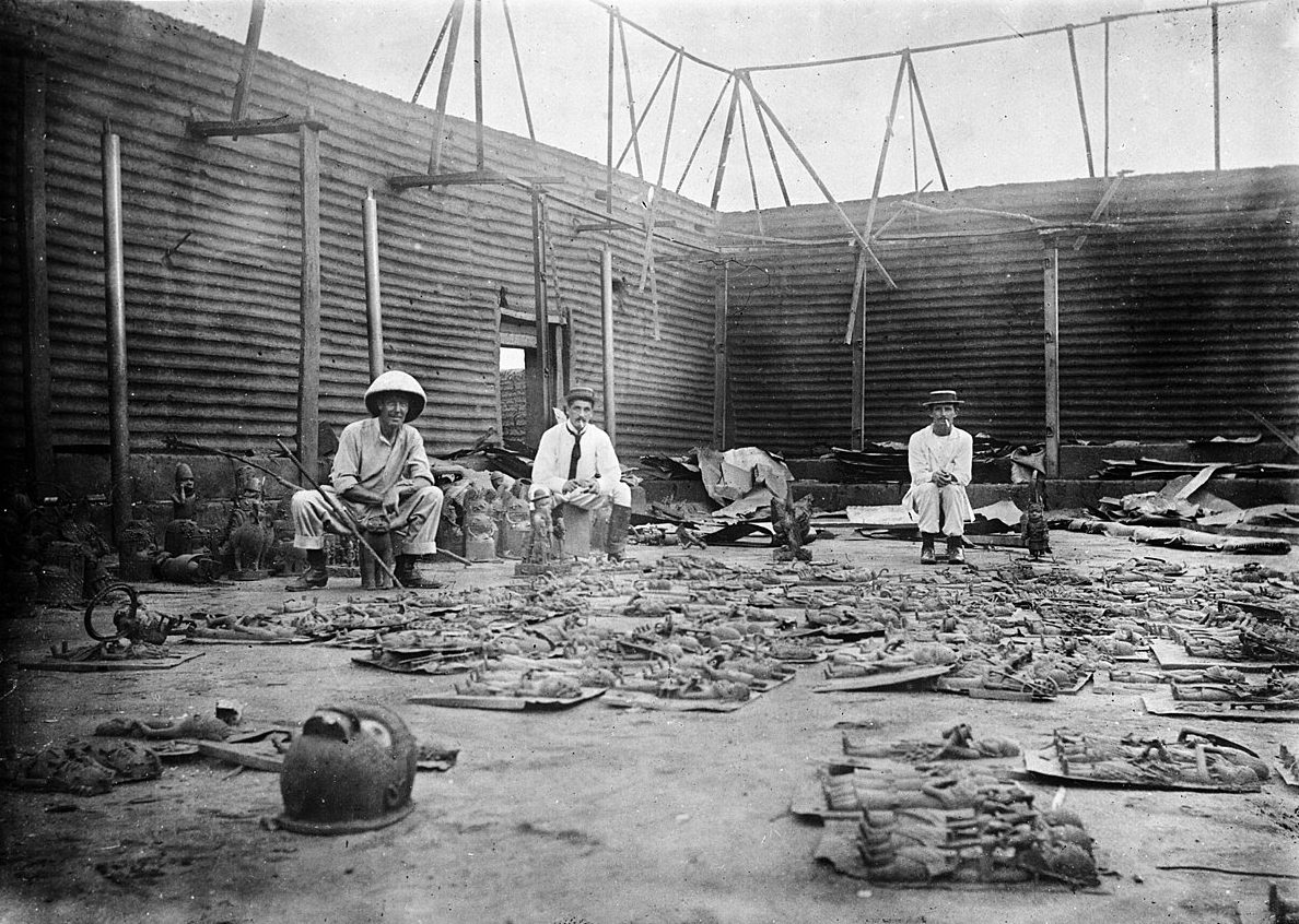 1200px-Interior_of_Oba's_compound_burnt_during_seige_of_Benin_City,_1897