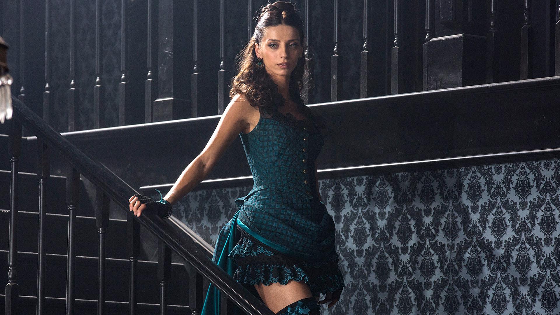 Angela Sarafyan portrays a robot in Westworld.