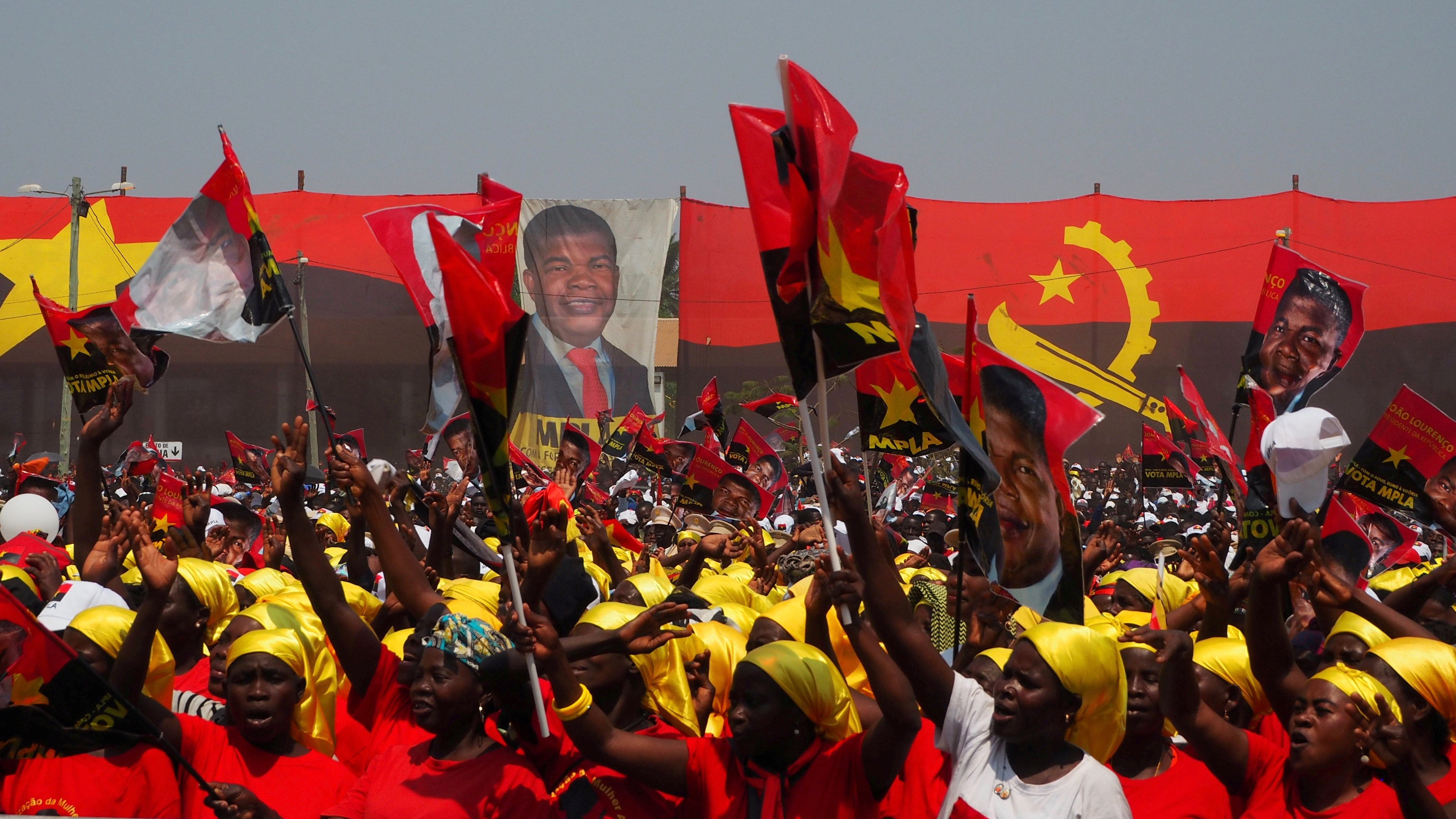 Supporters cheer as Joao Lourenco, presidential candidate for the ruling MPLA party, speaks at an election rally in Malanje, Angola, August 17, 2017. Picture taken  August 17, 2017. REUTERS/Stephen Eisenhammer FOR EDITORIAL USE ONLY. NO RESALES. NO ARCHIVES     TPX IMAGES OF THE DAY - RTS1CB66
