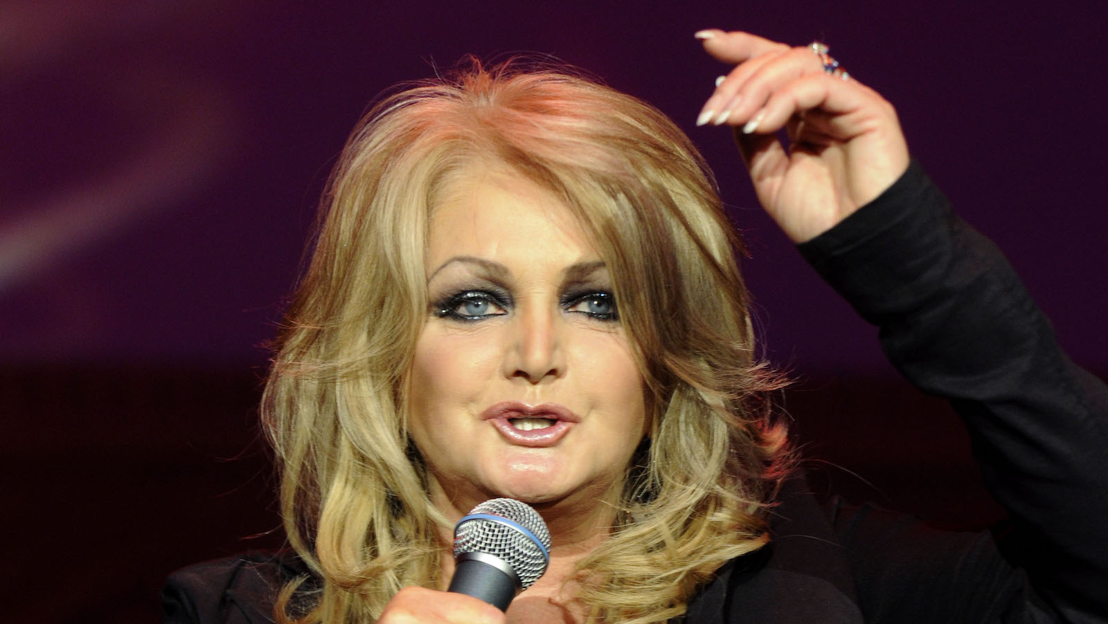 "Die walisische Saengerin Bonnie Tyler singt am Samstagabend, 27. Februar 2010, auf dem Deutschen Opernball  in Frankfurt. Mehr als 2.000 Gaeste feierten zugunsten der Bildungsinitiative ""ABC-2015"" der Aktion ""Menschen fuer Menschen"". (apn Photo/Bernd Kammerer) --- Welsh singer Bonnie Tyler performs on the stage of the Opera Ball at the Old Opera House in Frankfurt, Germany, Saturday, Feb. 27, 2010. More than 2,000 guests attended the traditional society event. (apn Photo/Bernd Kammerer)"