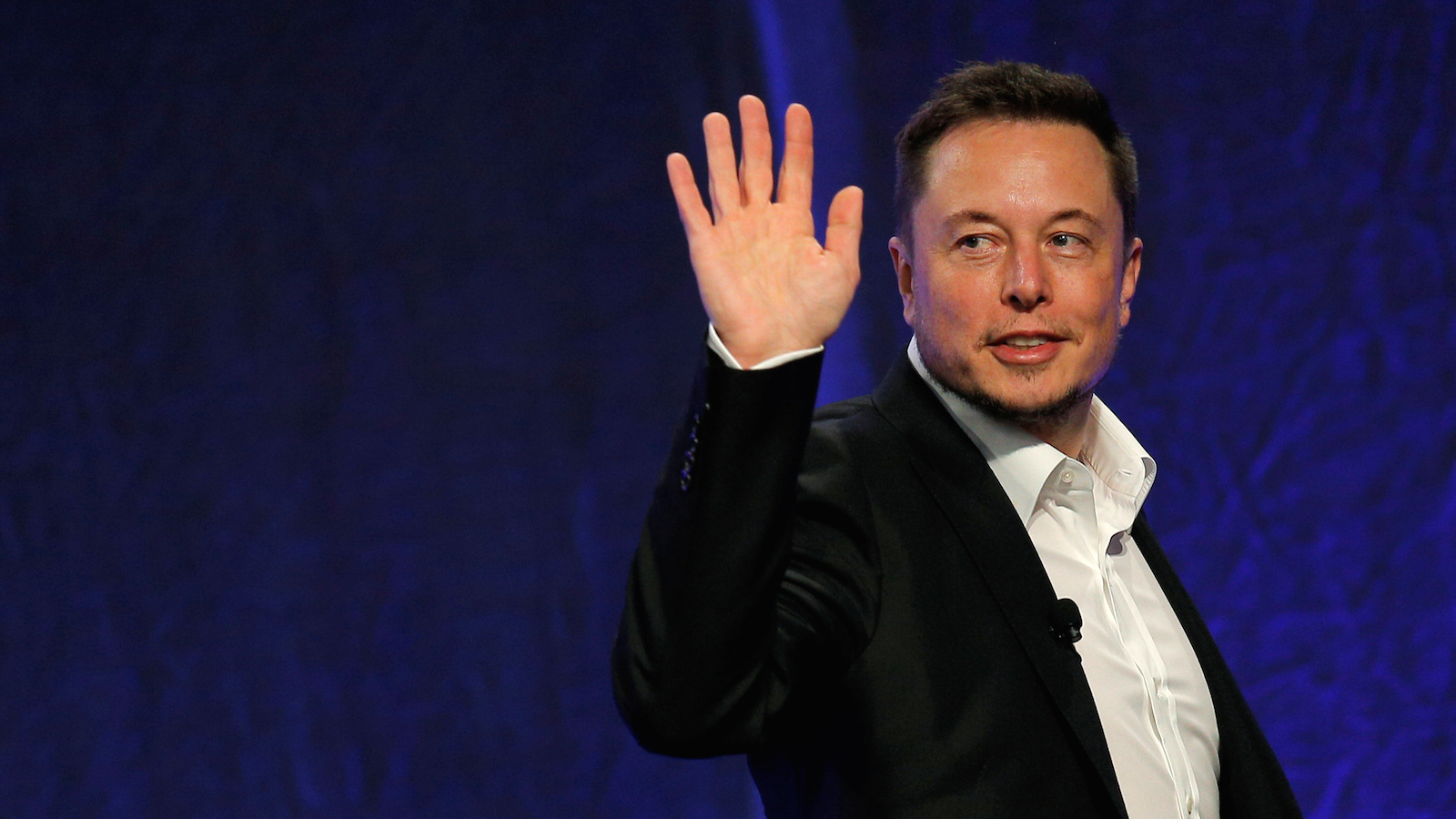 Tesla Motors CEO Elon Musk waves as he leaves the stage after speaking at the National Governors Association Summer Meeting in Providence, Rhode Island, U.S., July 15, 2017. REUTERS/Brian Snyder - RTX3BLQX