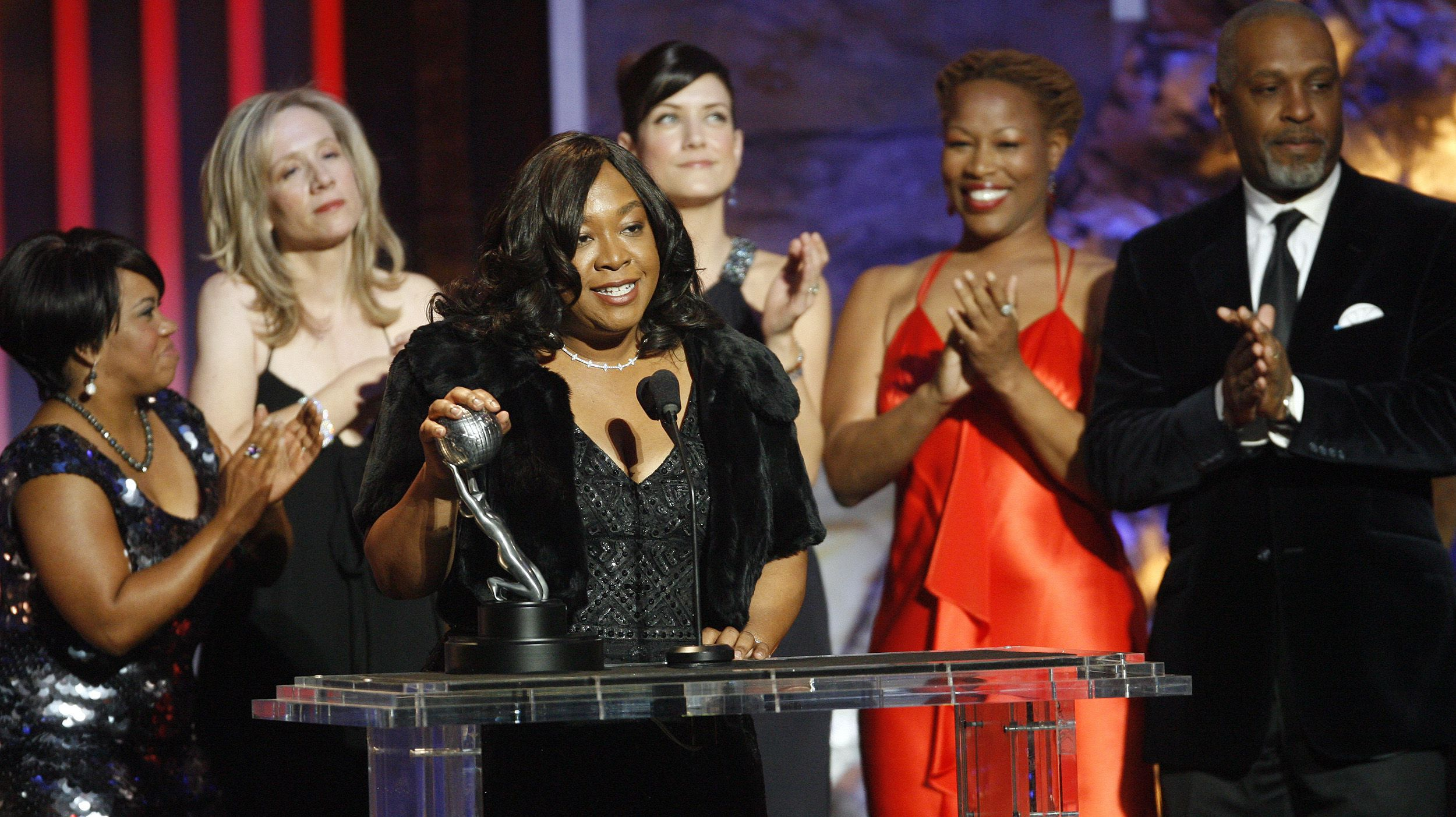 """Writer and producer Shonda Rhimes (C) accepts the Image Award for outstanding drama series for """"Grey's Anatomy"""" at the 39th Annual NAACP Image Awards at the Shrine auditorium in Los Angeles February 14, 2008.  REUTERS/Mario Anzuoni   (UNITED STATES) - RTR1X43B"""