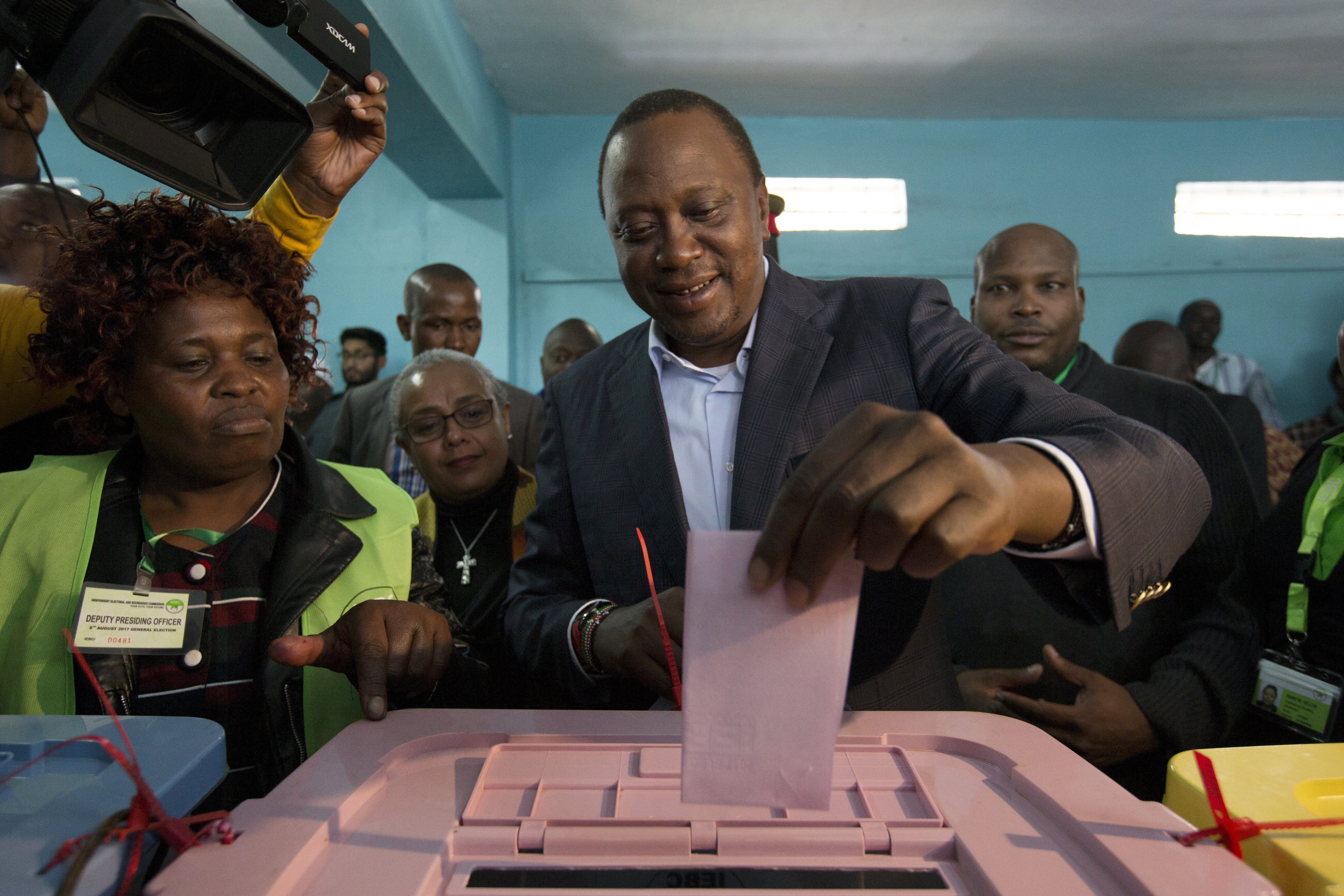 epa06131543 Kenya?s incumbent President and the leader of the ruling Jubilee coalition, Uhuru Kenyatta (C), casts his ballot at a polling station in his traditional home, Gatundu, some 60km north of the capital Nairobi, Kenya, 08 August 2017. Kenyans are casting their votes to elect their leaders in general elections where Kenyatta is being challenged by the popular opposition leader Raila Odinga who leads The National Super Alliance (NASA) coalition. Many fear the possibility of post-election violence.