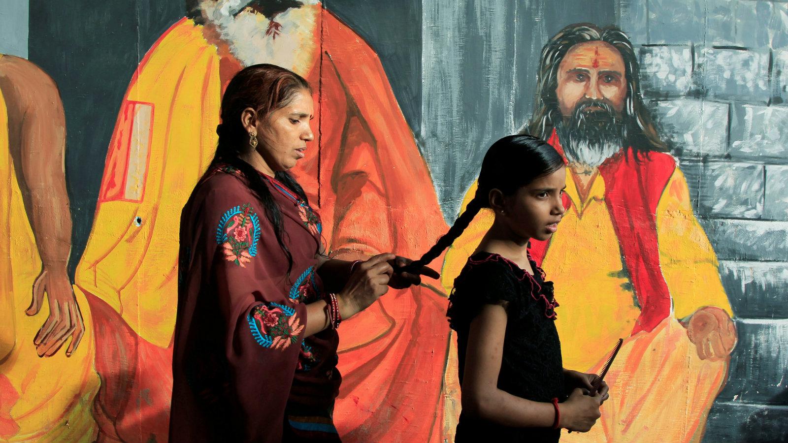 India-women-hair-braid-chopper