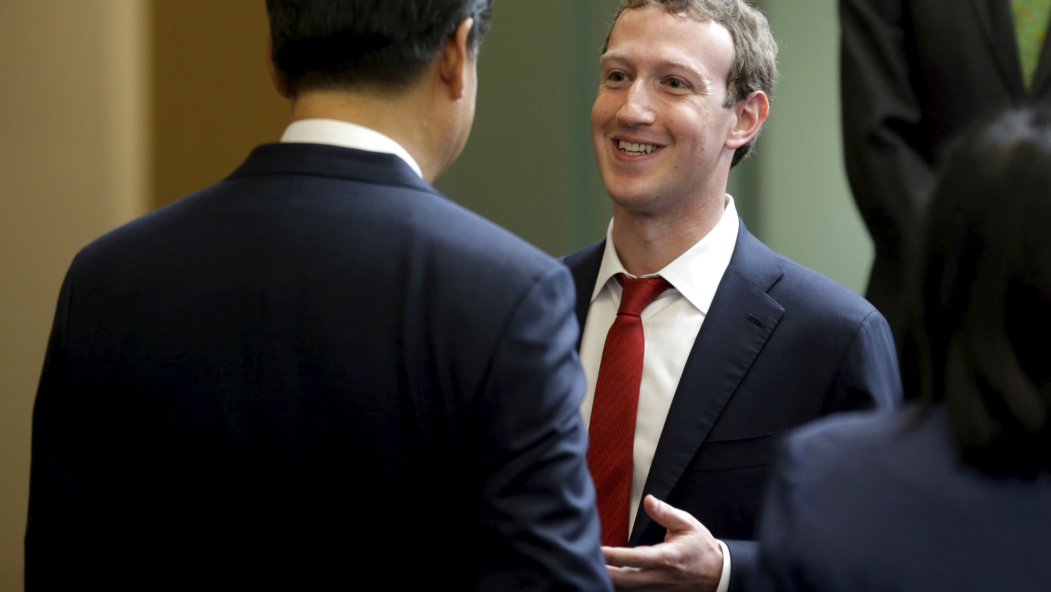 Chinese President Xi Jinping (L) talks with Facebook Chief Executive Mark Zuckerberg during a gathering of CEOs and other executives at Microsoft's main campus in Redmond, Washington September 23, 2015. REUTERS/Ted S. Warren/Pool